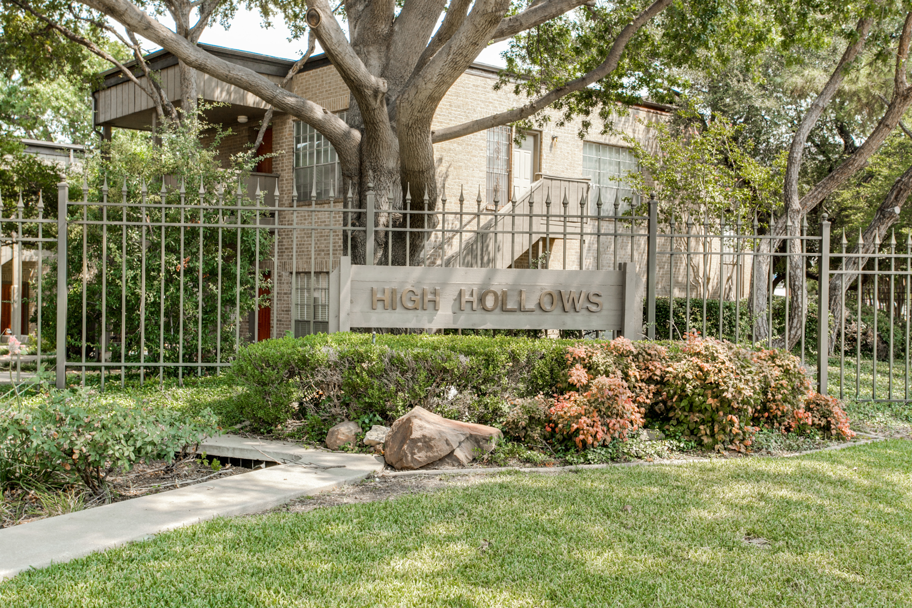Piso por un Venta en Designer Condo in Gated Community Near Preston Hollow 10566 High Hollows Drive #256 Preston Hollow, Dallas, Texas 75230 Estados Unidos