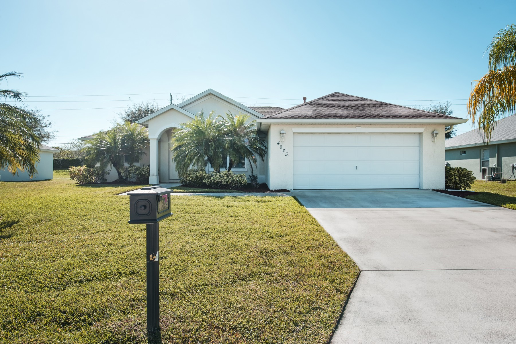 Villa per Vendita alle ore Immaculate & Beautiful Home in Legend Lakes 4645 Stephanie Lane Vero Beach, Florida 32968 Stati Uniti