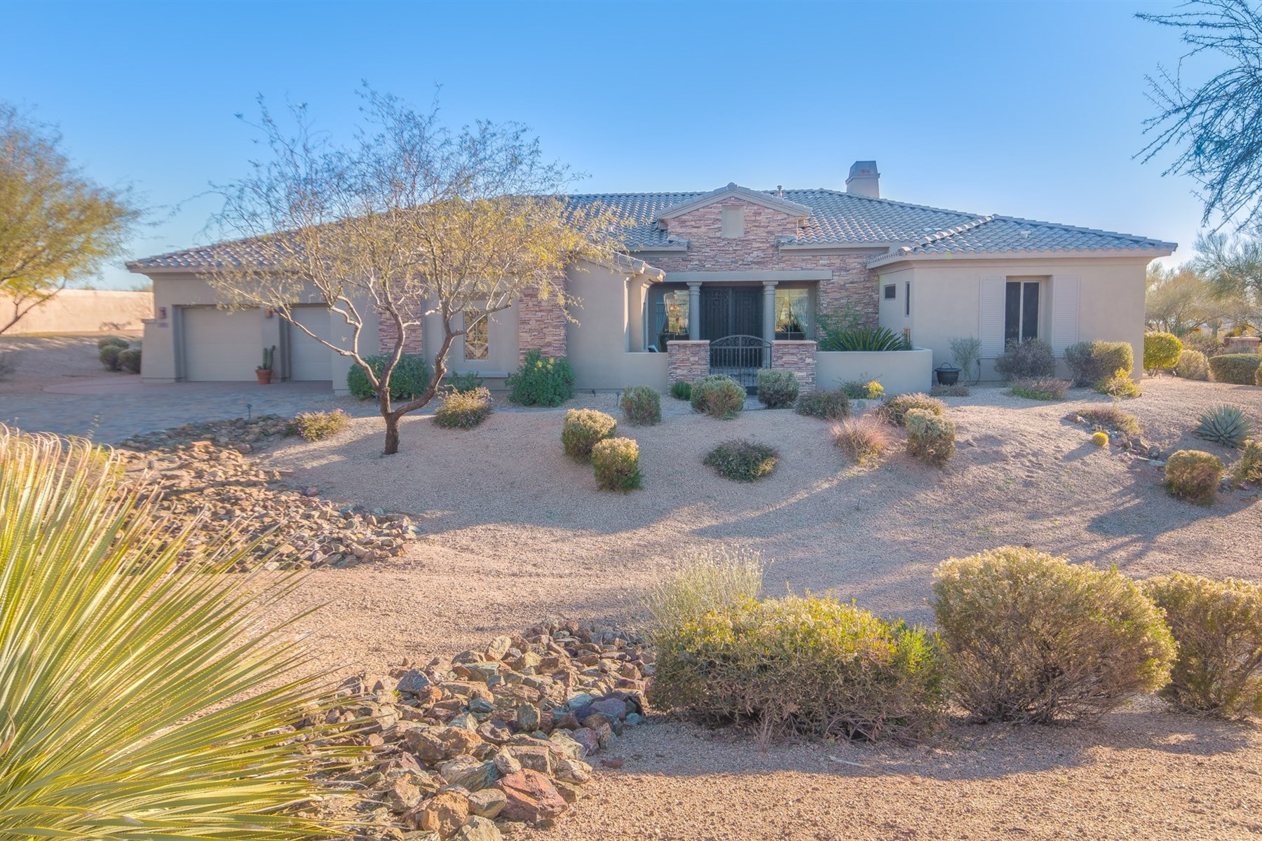 Maison unifamiliale pour l Vente à Stunning home is intimately nestled in the magnificent high Sonoran desert scape 9705 E Suncrest Rd Scottsdale, Arizona 85262 États-Unis