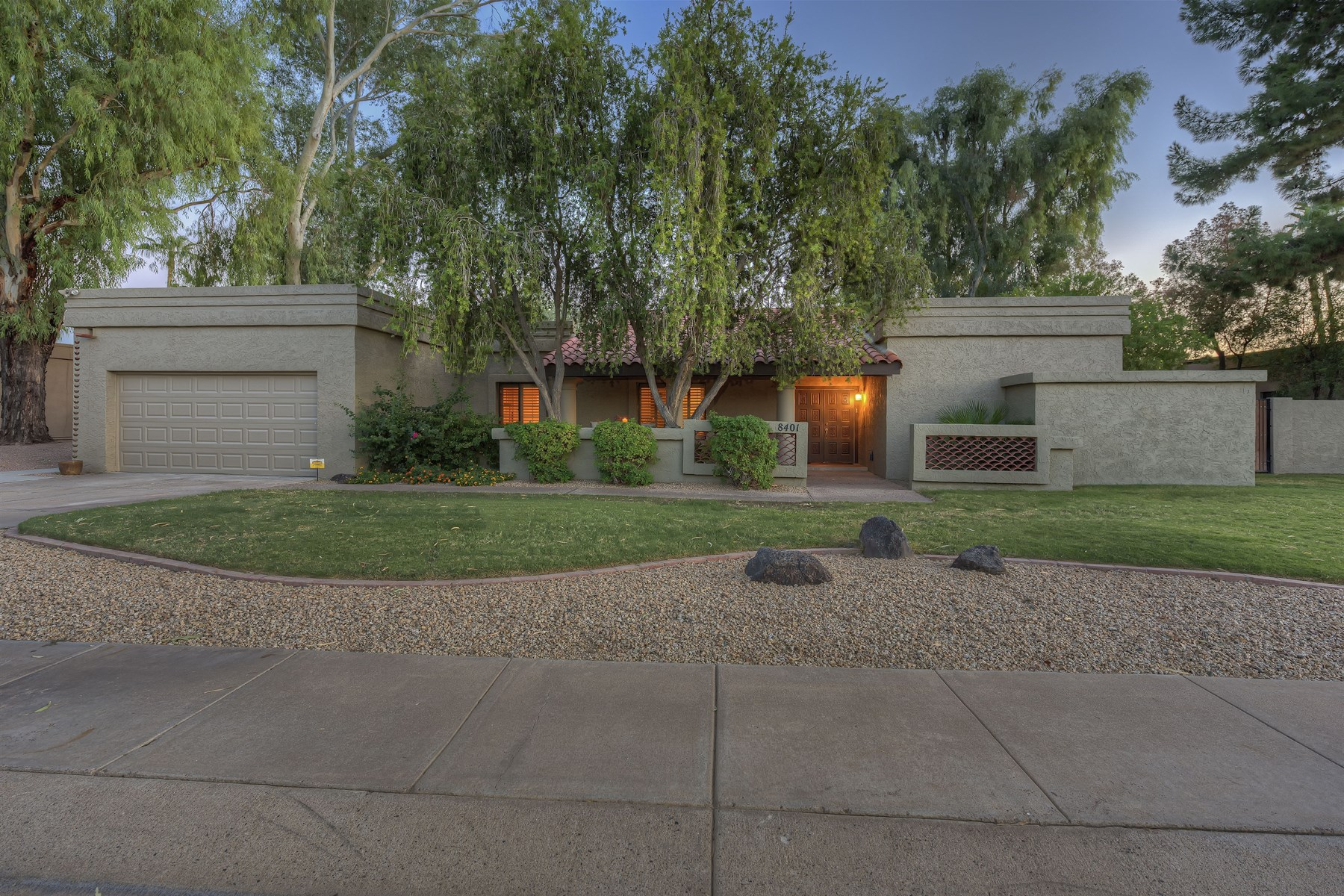 Частный односемейный дом для того Продажа на Charming Santa Fe home in McCormick Ranch 8401 E QUARTERHORSE TRL Scottsdale, Аризона 85258 Соединенные Штаты