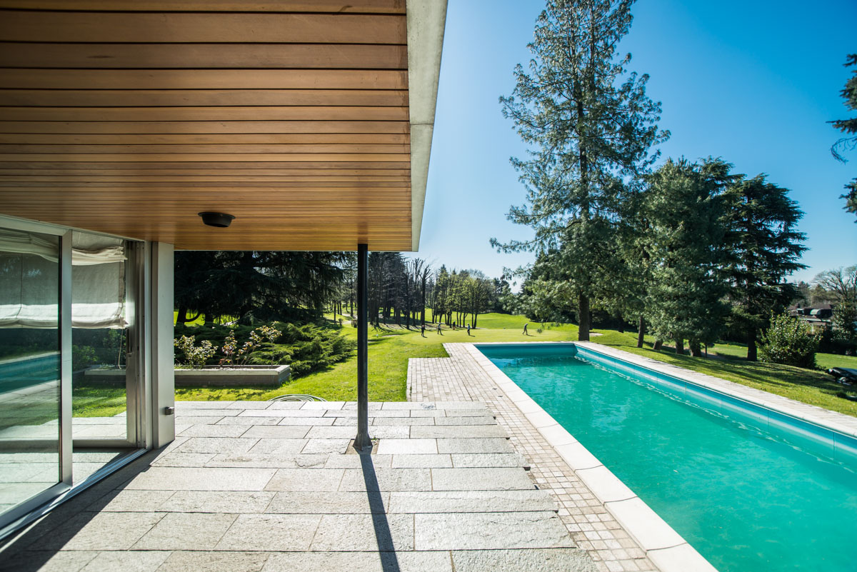 Additional photo for property listing at Wonderful modern villa with swimming pool within the Golf of Carimate Strada delle Acacie Carimate, Como 22060 Italie
