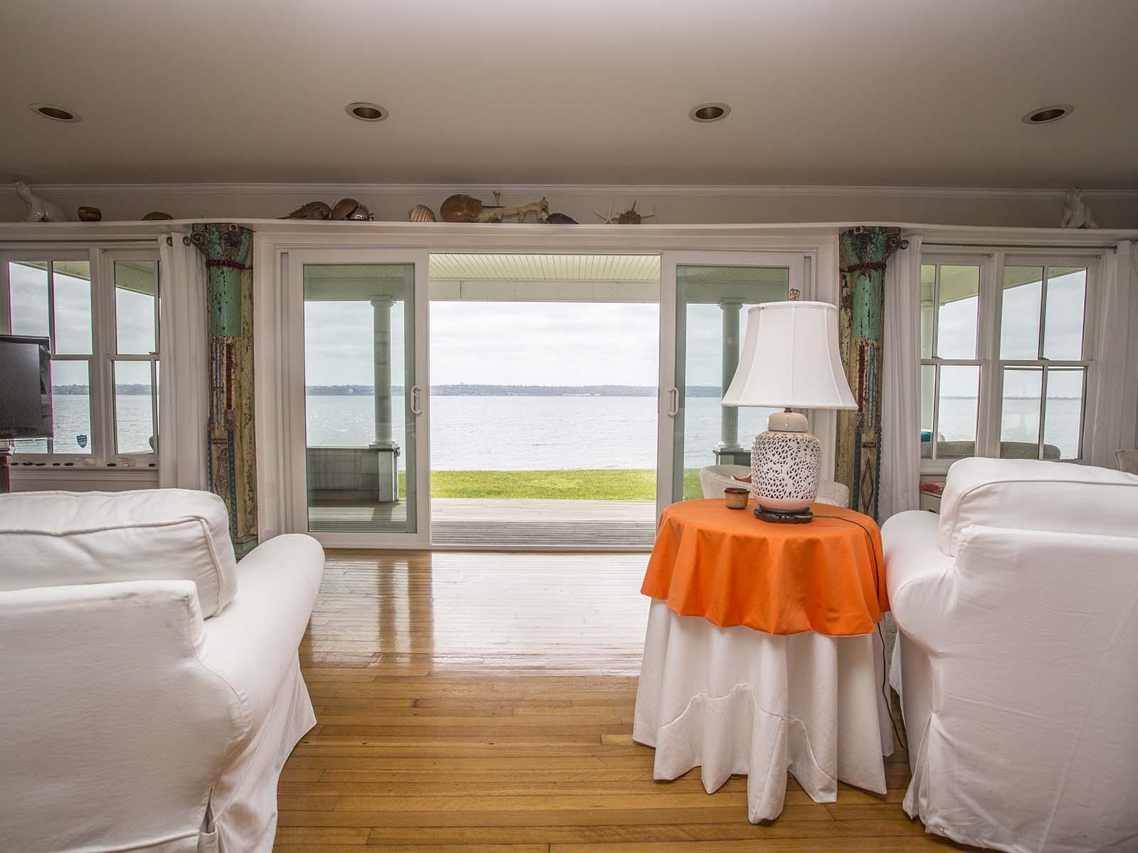 Additional photo for property listing at Touisset Seaside Cottage 4 Calder Drive 沃伦, 罗得岛 02885 美国