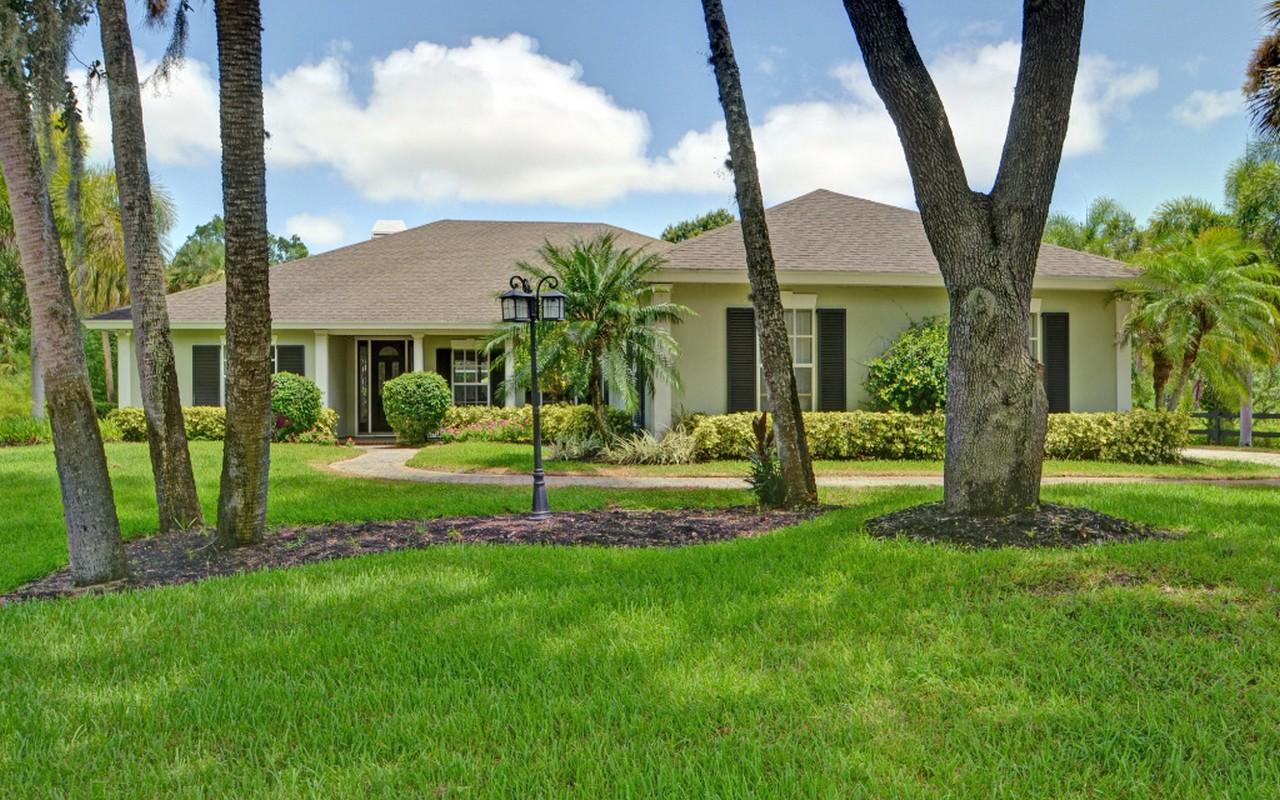 Casa Unifamiliar por un Venta en Privacy on Half Acre, With Pool! 4220 5th Place Vero Beach, Florida, 32968 Estados Unidos