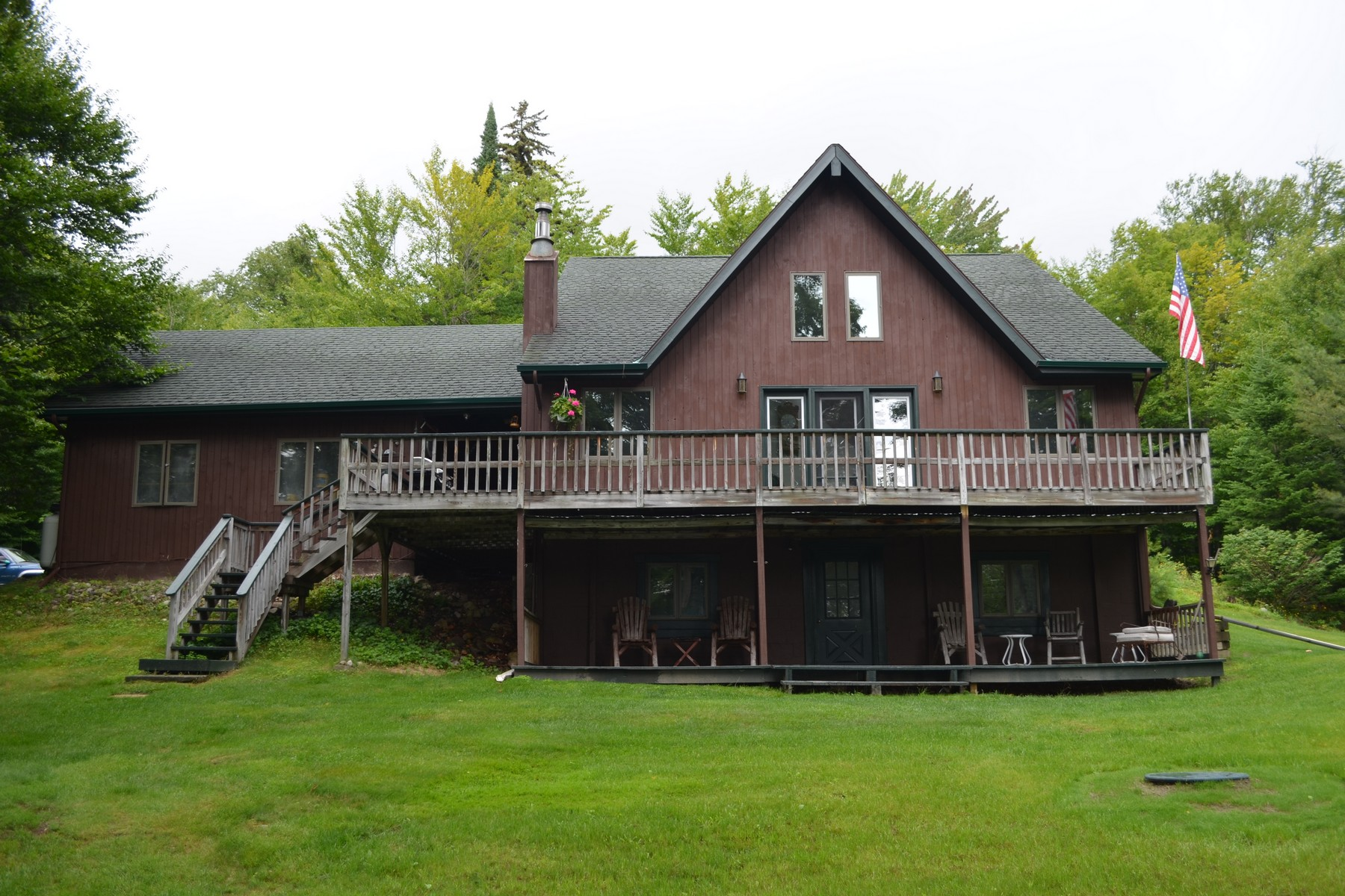 Villa per Vendita alle ore Babbling Brook Lodge 17 Amanda Drive Lake Placid, New York 12946 Stati Uniti