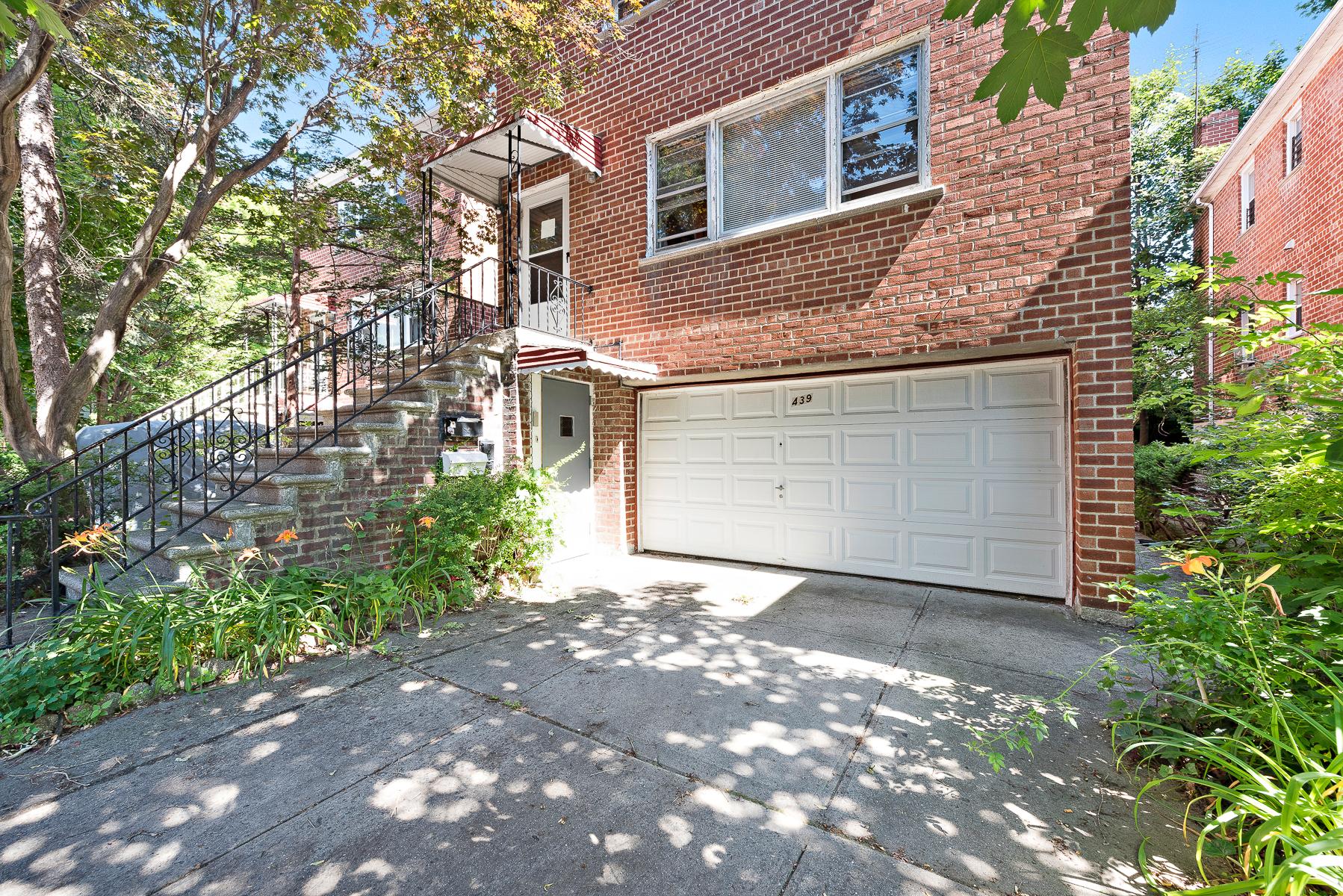 다가구 주택 용 매매 에 LARGE 2-FAMILY BRICK HOUSE 439 West 263 Street Riverdale, 뉴욕, 10471 미국