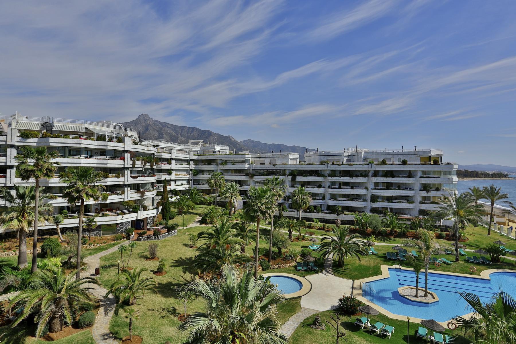 Duplex por un Venta en Duplex penthouse frontline beach Playa Esmeralda Marbella, Costa Del Sol 29600 España