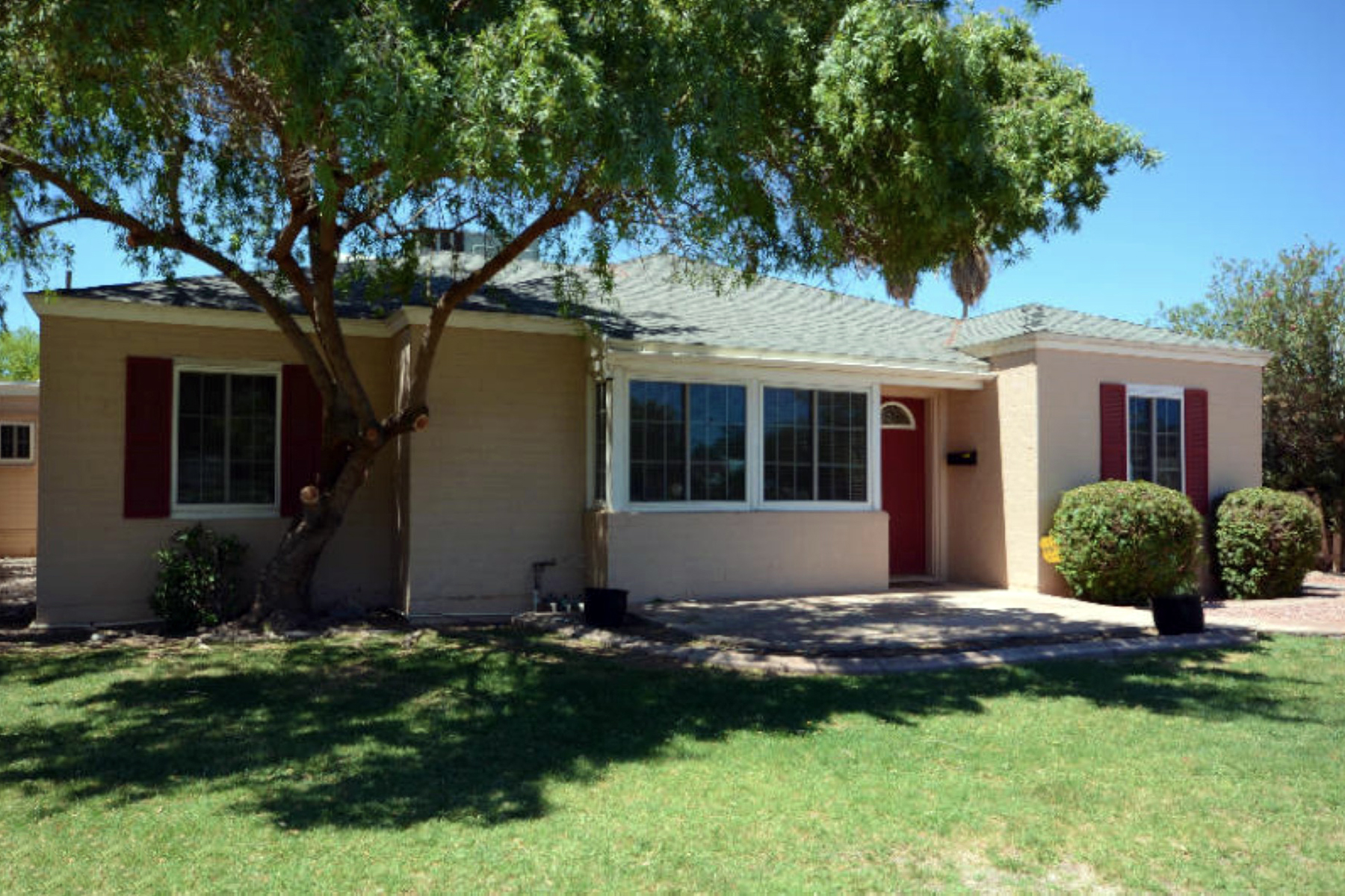 Single Family Home for Sale at Charming Home in Willo Historic District on 1/4 Acre Lot 546 W Lewis Ave Phoenix, Arizona 85003 United States