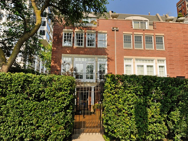 Townhouse for Sale at Fantastic 3 Story Townhouse 4272 North Marine Drive Chicago, Illinois 60613 United States