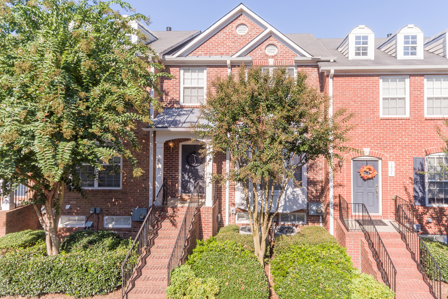Additional photo for property listing at Three Story, Three Bedroom Brick Townhome With Two Car Garage 1819 Dunrobin Drive Smyrna, Γεωργια 30082 Ηνωμενεσ Πολιτειεσ