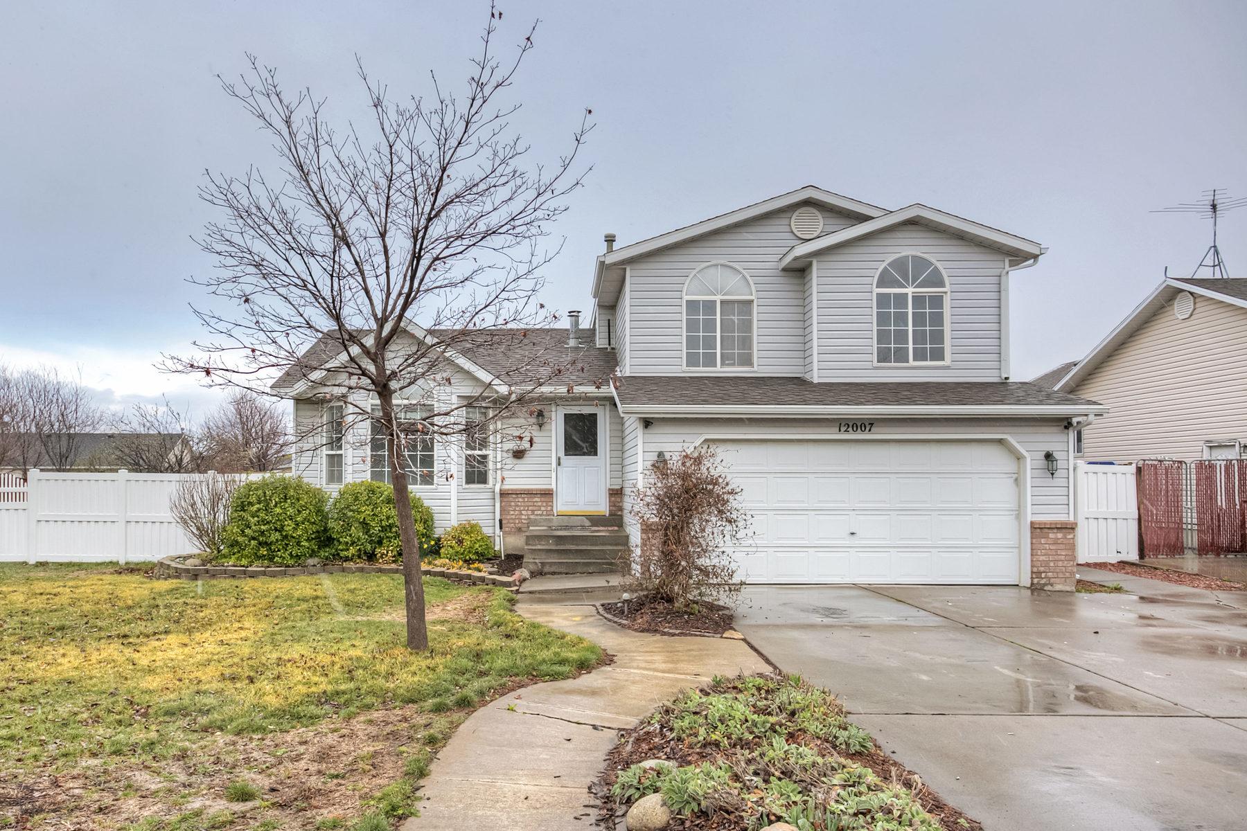 独户住宅 为 销售 在 Stunning Riverton Tri-Level 12007 South 3200 West 里弗顿, 犹他州, 84065 美国