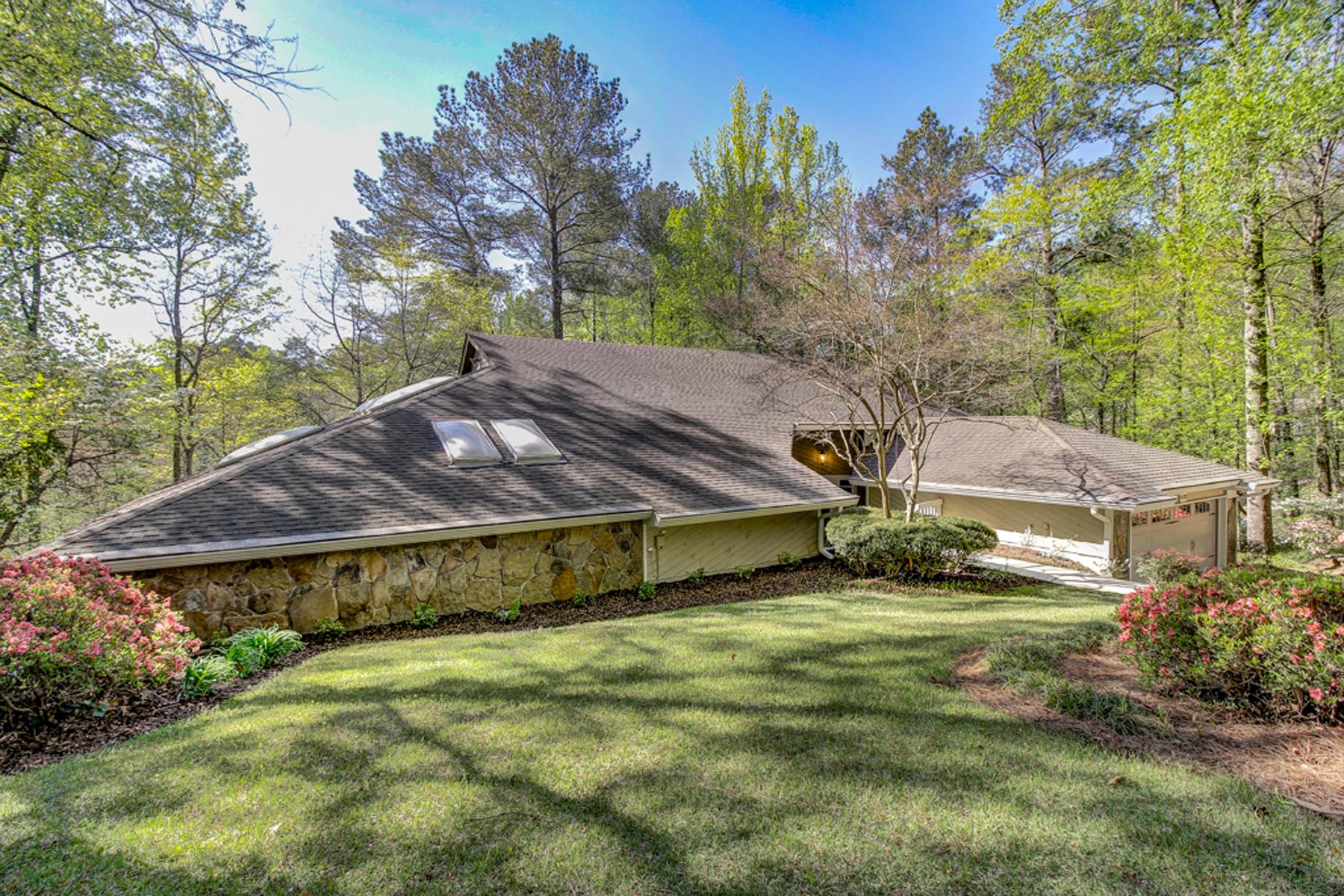 Частный односемейный дом для того Продажа на In the Heart of Vinings 4133 Orchard Lake Court Atlanta, Джорджия, 30339 Соединенные Штаты