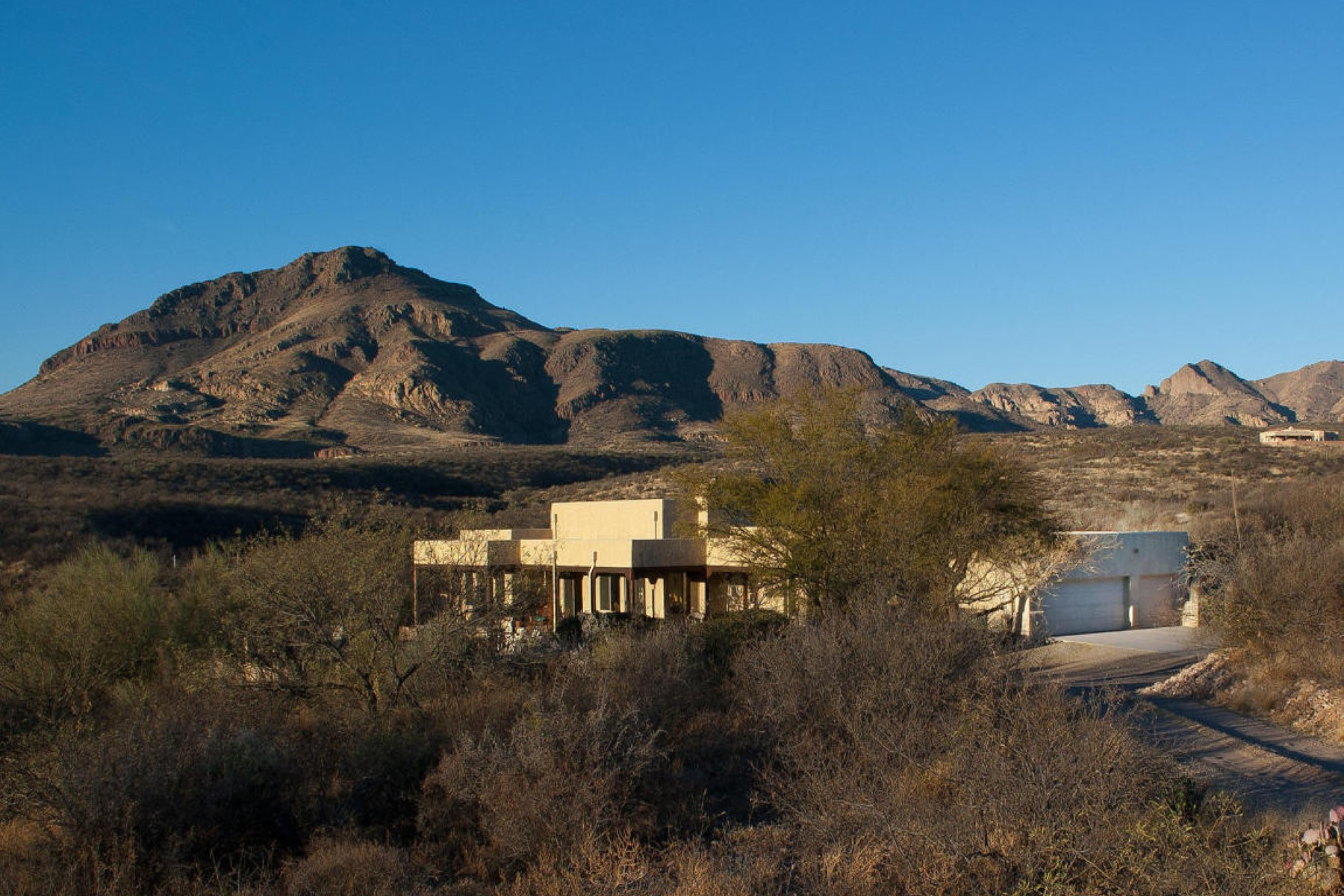 Maison unifamiliale pour l Vente à custom built home situated on six secluded acres with its own private road 2038 West Frontage Road Tubac, Arizona, 85646 États-Unis