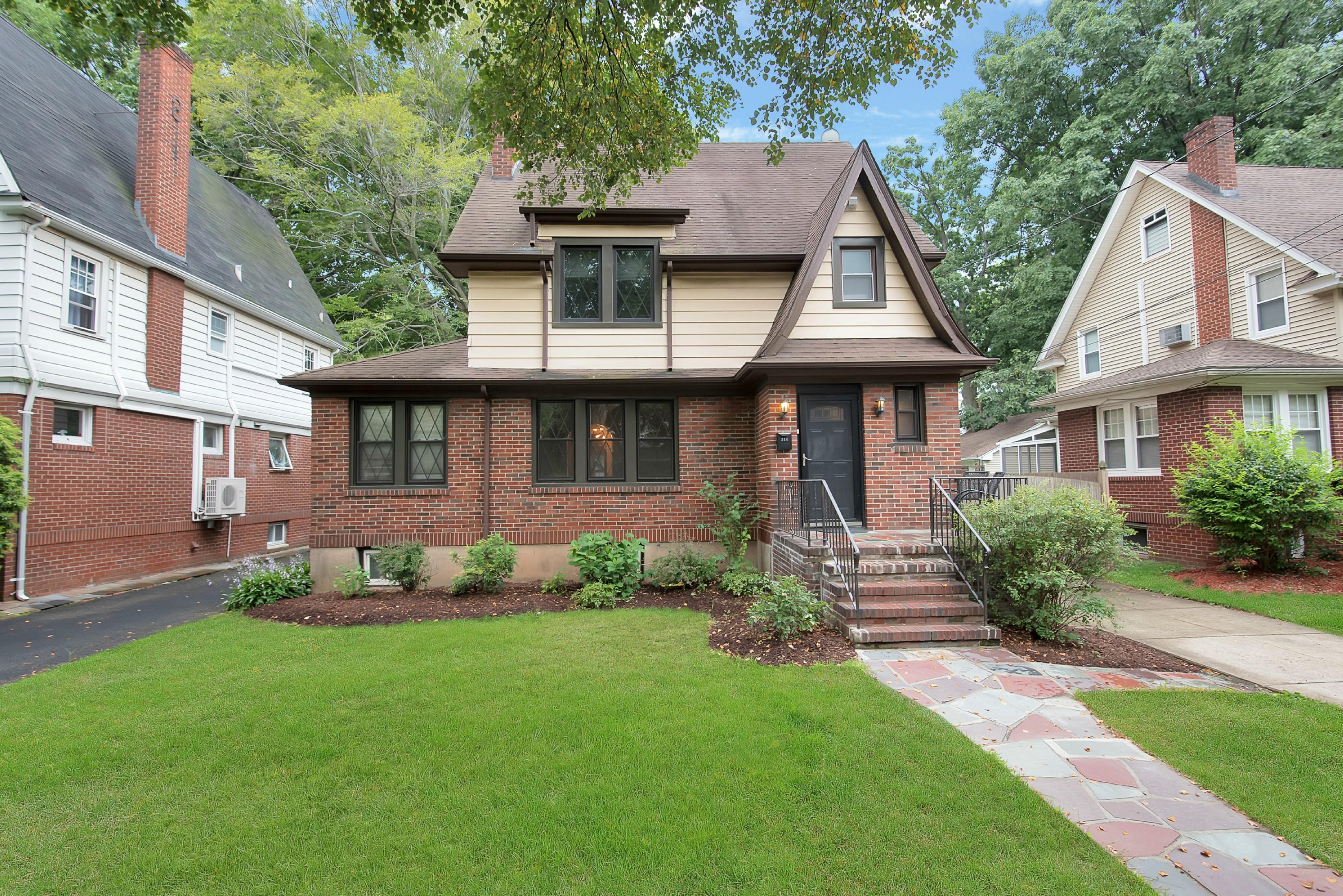 Частный односемейный дом для того Продажа на Updated Teaneck Tudor! 314 Griggs Avenue Teaneck, 07666 Соединенные Штаты