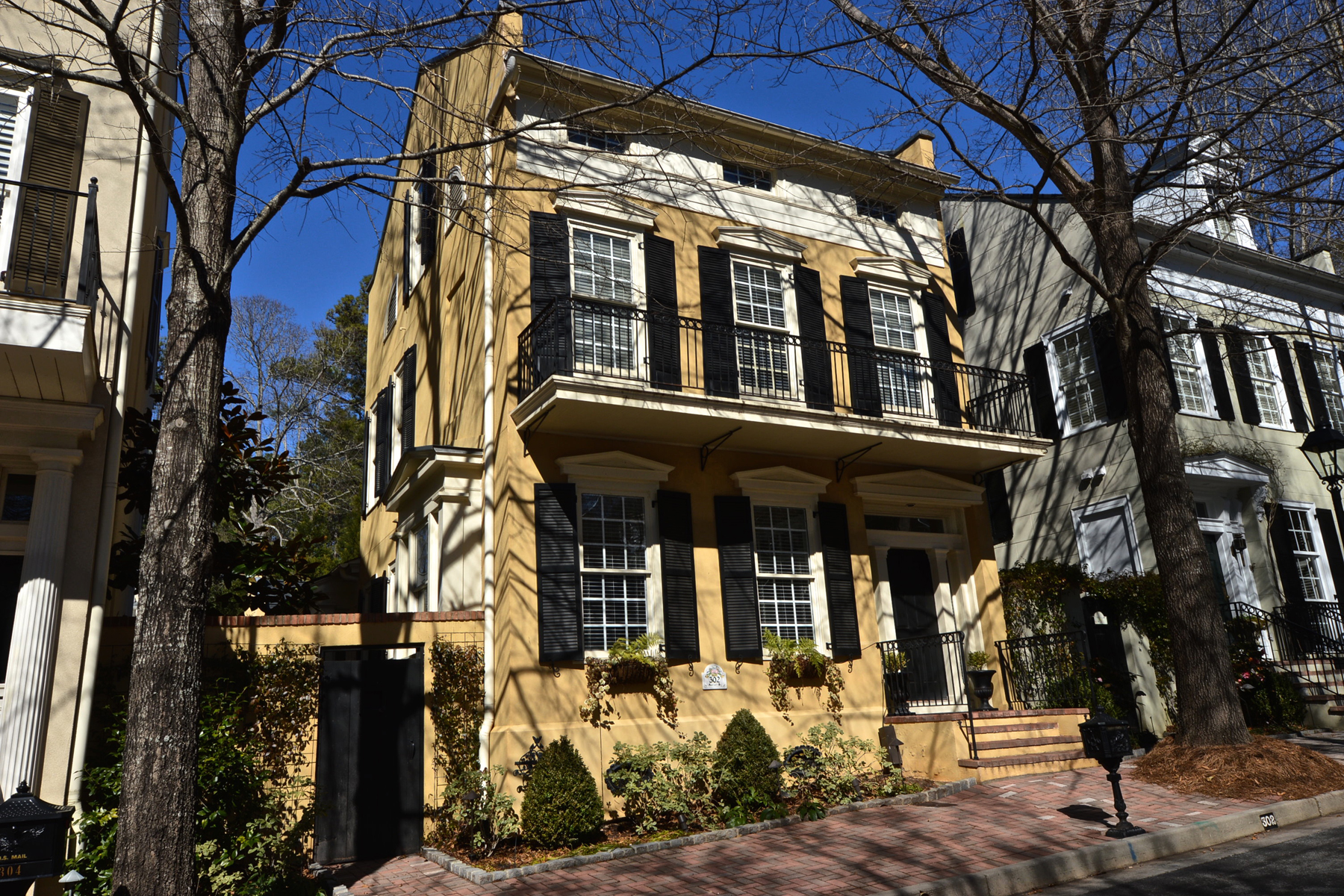 Property For Sale at Classic Detached Townhouse With Master On Main In North Cove