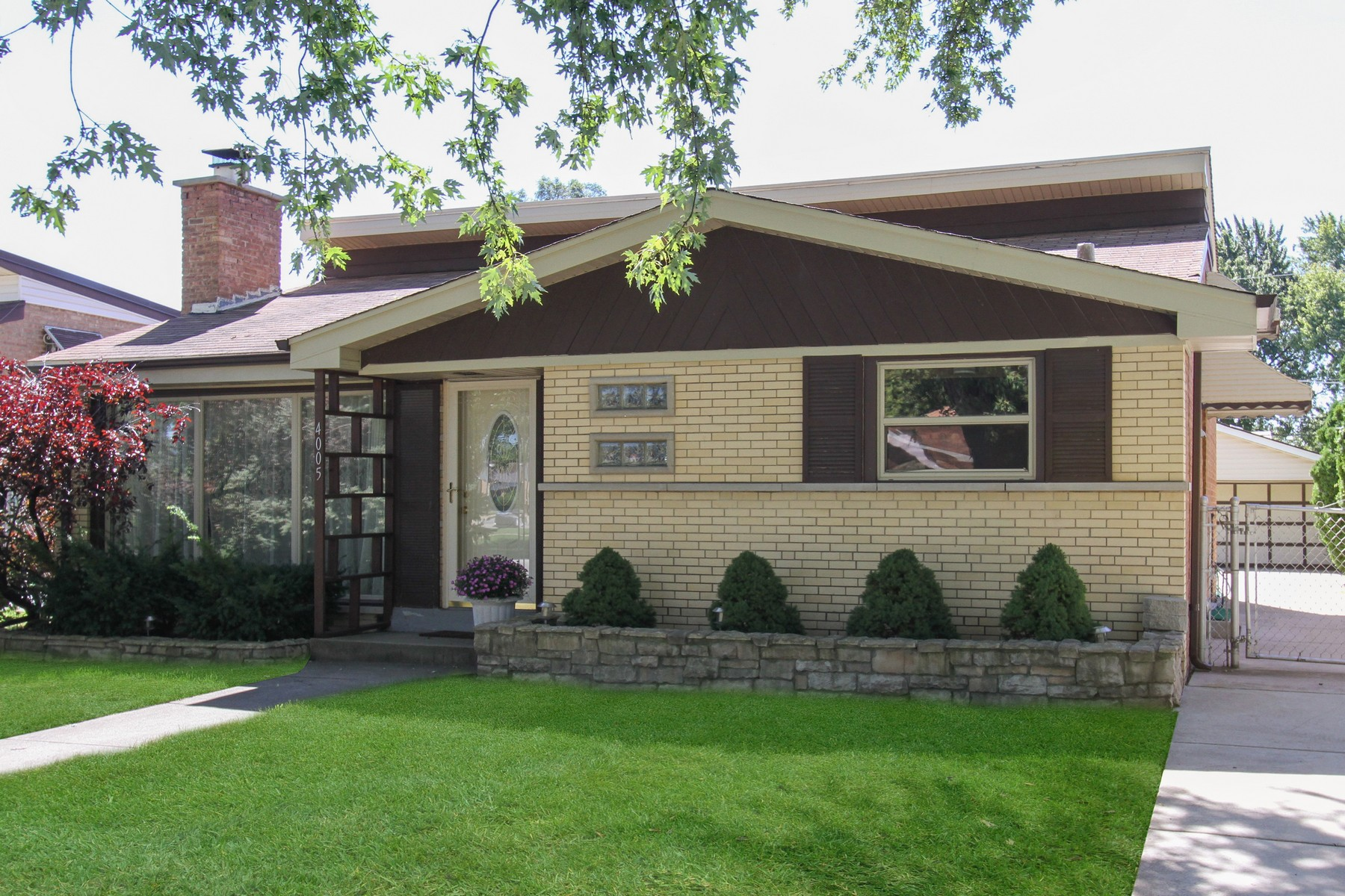 Villa per Vendita alle ore Immaculate Mid-Century Tri-Level Home 4005 W 106th Street Oak Lawn, Illinois, 60453 Stati Uniti