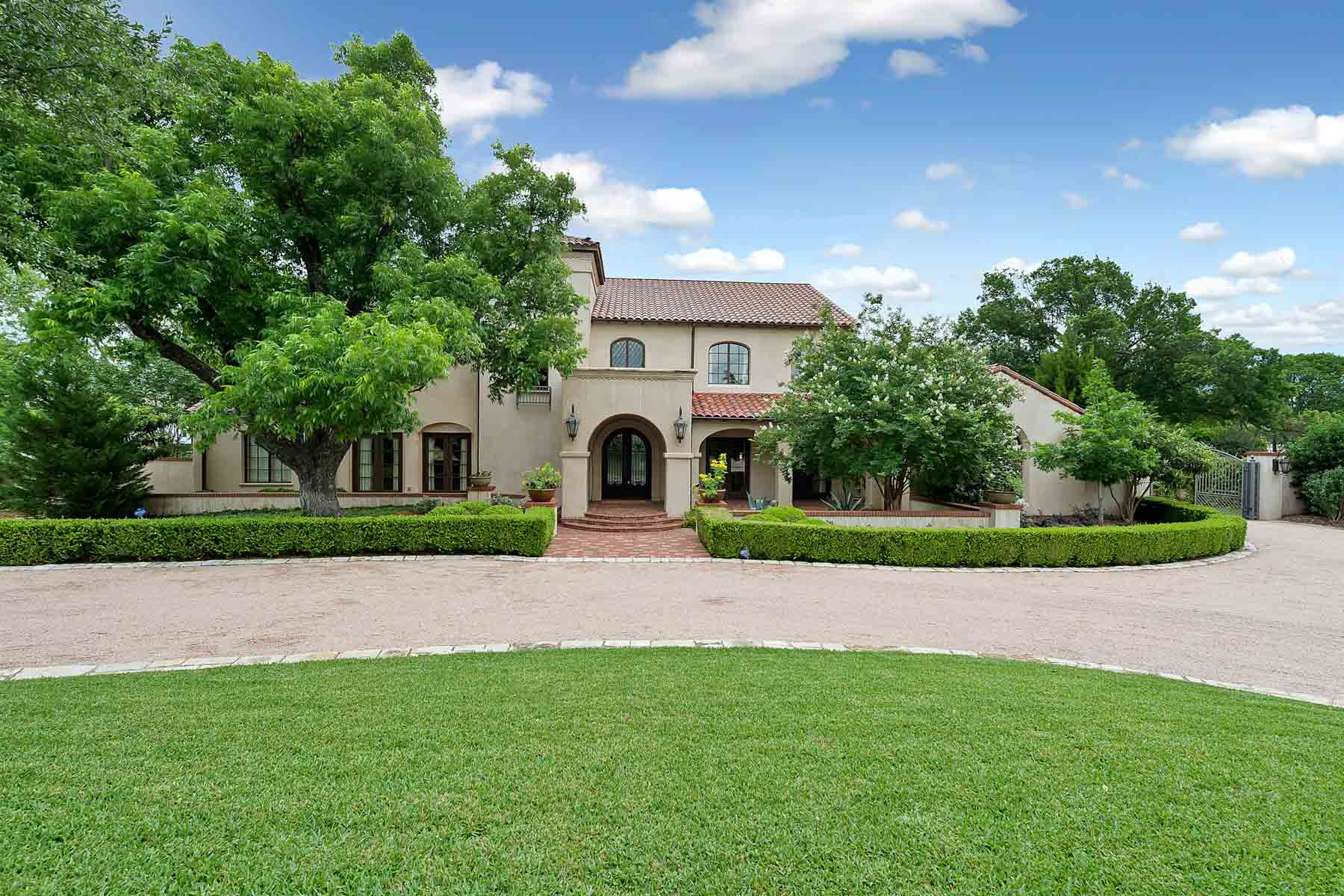 Casa para uma família para Venda às Beautiful Spanish Inspired Fort Worth Home 2017 Four Oaks Fort Worth, Texas, 76107 Estados Unidos