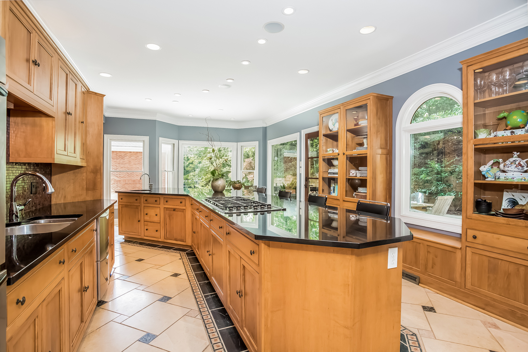 Additional photo for property listing at Exceptional Morningside Value With Three Finished Levels 598 Pelham Road NE Atlanta, Γεωργια 30324 Ηνωμενεσ Πολιτειεσ