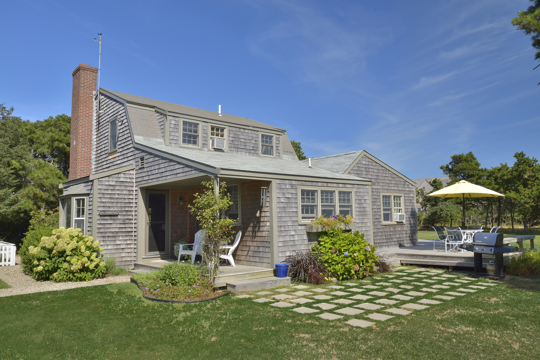 Casa Unifamiliar por un Venta en Surfside Main House and Guest Cottage 15 Masaquet Avenue Nantucket, Massachusetts 02554 Estados Unidos