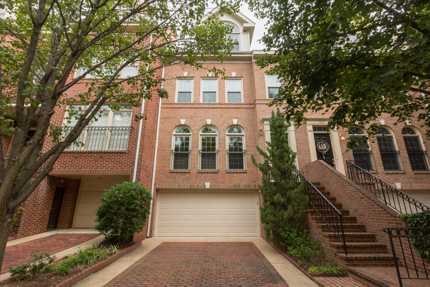Townhouse for Sale at 1505 N Colonial Ct, Arlington Arlington, Virginia 22209 United States