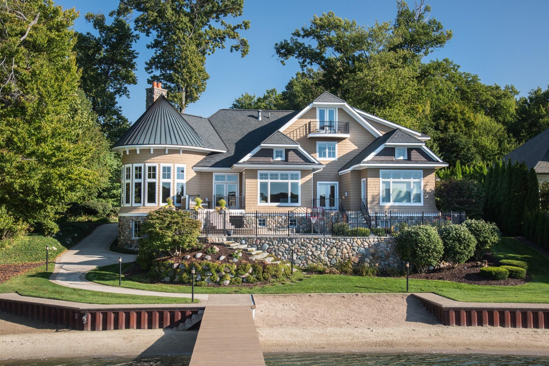 独户住宅 为 销售 在 Luxurious Lakefront Home On Lake Macatawa 833 Barkentine Drive 霍德兰, 密歇根州 49424 美国