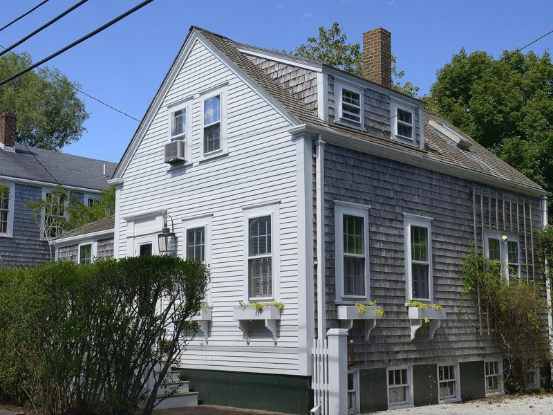 Einfamilienhaus für Verkauf beim Cozy Antique - Excellent Location! 3 West Dover Street Nantucket, Massachusetts 02554 Vereinigte Staaten