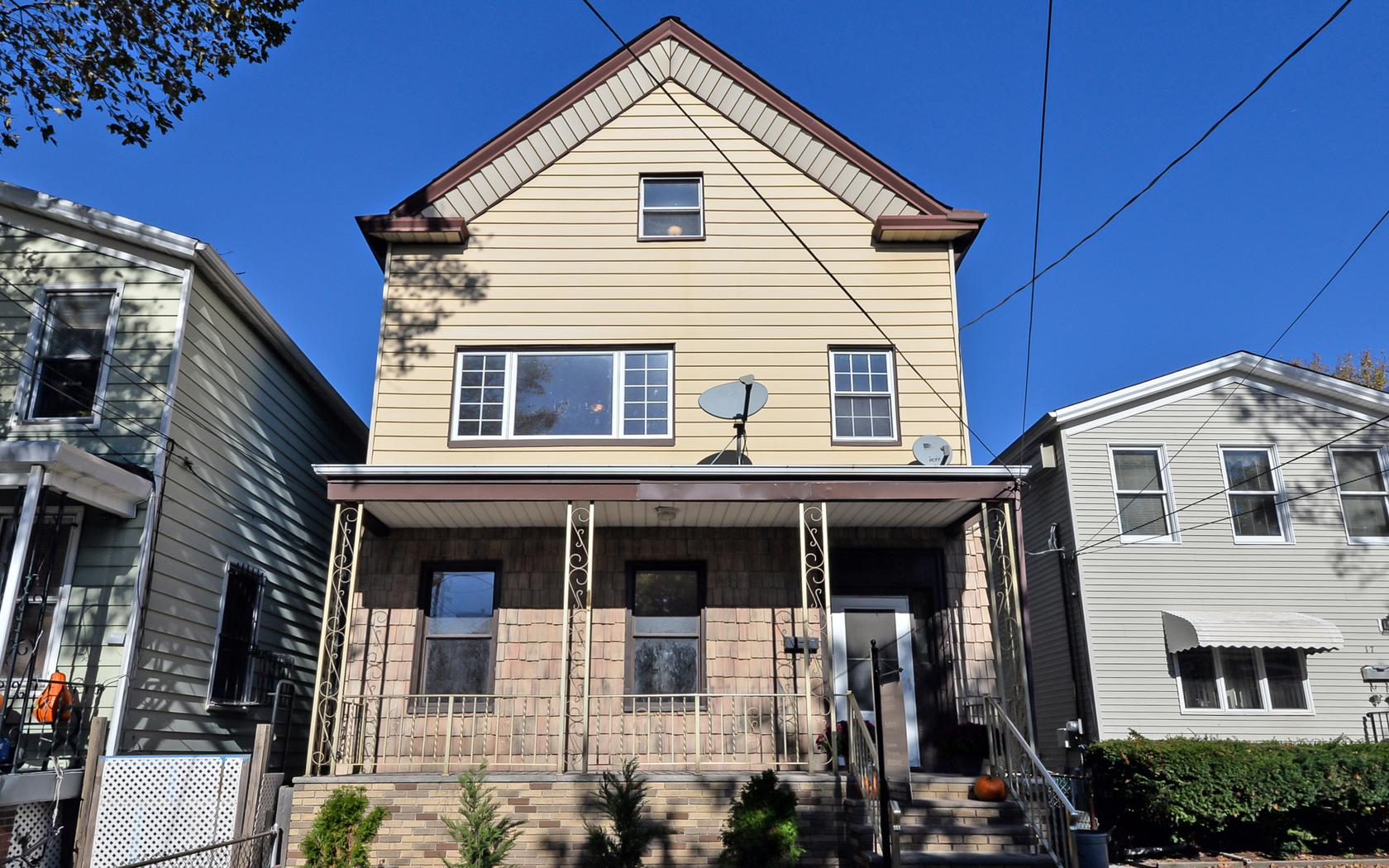 Casa Multifamiliar por un Venta en Spacious Two Family 19 West 9th Street Bayonne, Nueva Jersey 07002 Estados Unidos