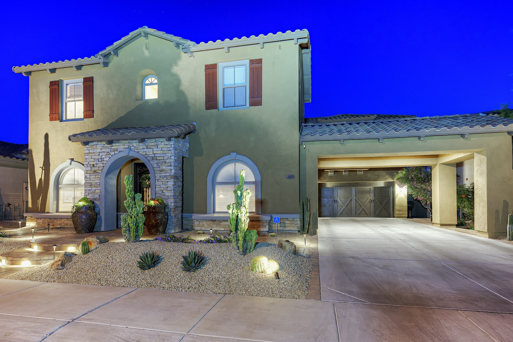 Casa Unifamiliar por un Venta en Fabulous home in Aviano situated on large lot backing to open space. 3545 E EXPEDITION WAY Phoenix, Arizona 85050 Estados Unidos