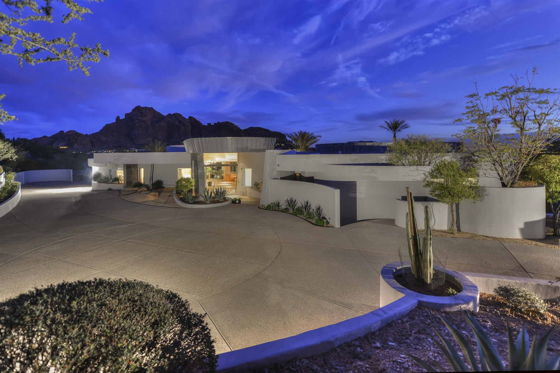 Casa para uma família para Venda às Breathtaking Custom Contemporary Includes Holistic Views Of The Praying Monk 6021 N 44th Street Paradise Valley, Arizona, 85253 Estados Unidos