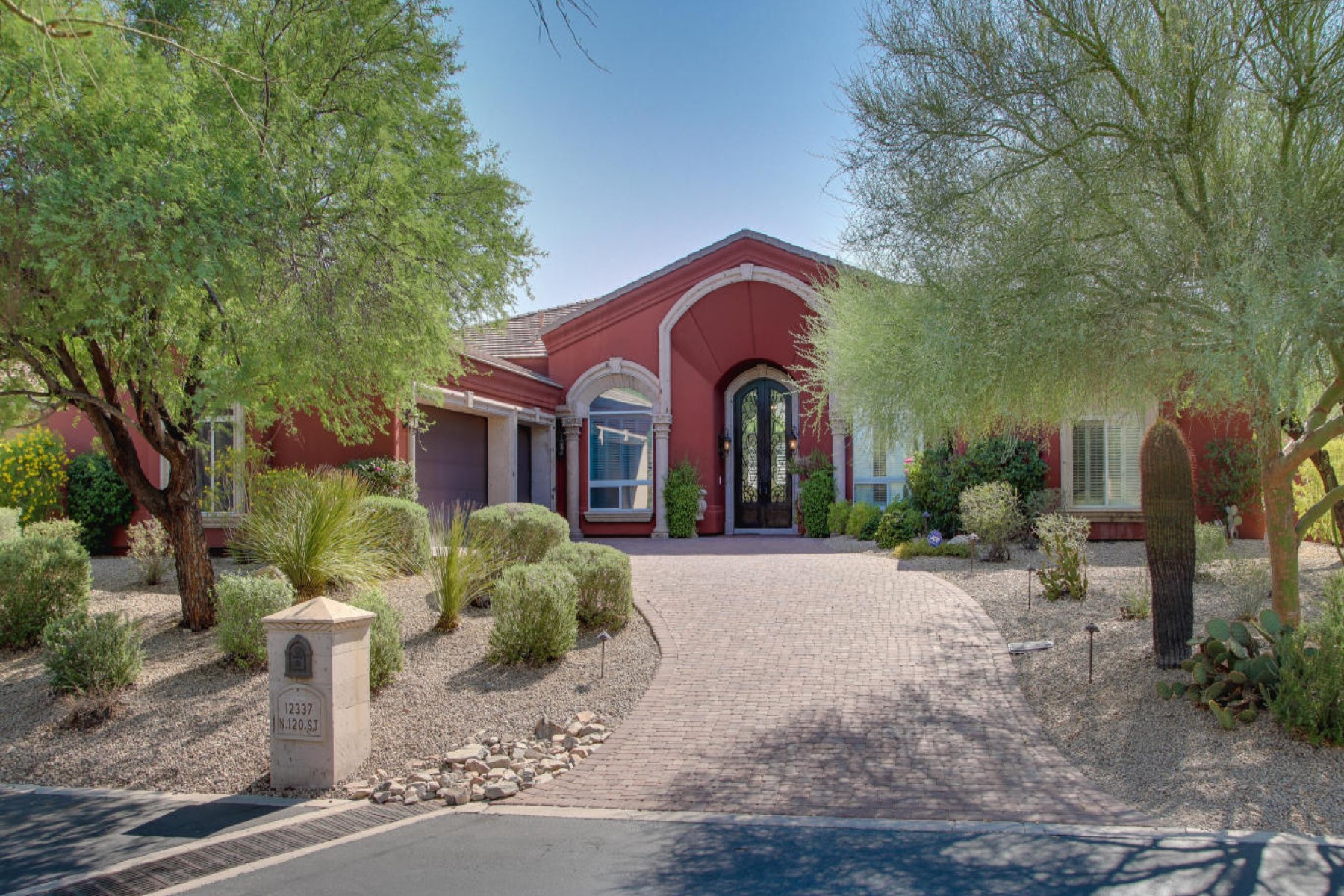 Villa per Vendita alle ore Home perched on a gentle slope with the foothills as backdrop. 12337 N 120TH ST Scottsdale, Arizona 85259 Stati Uniti