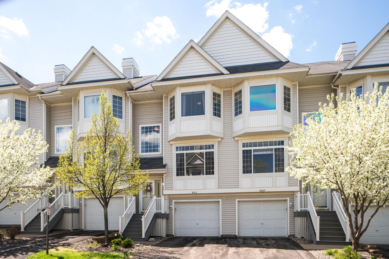 联栋屋 为 销售 在 8813 Brunell Way 因弗格罗韦海茨, 明尼苏达州, 55076 美国