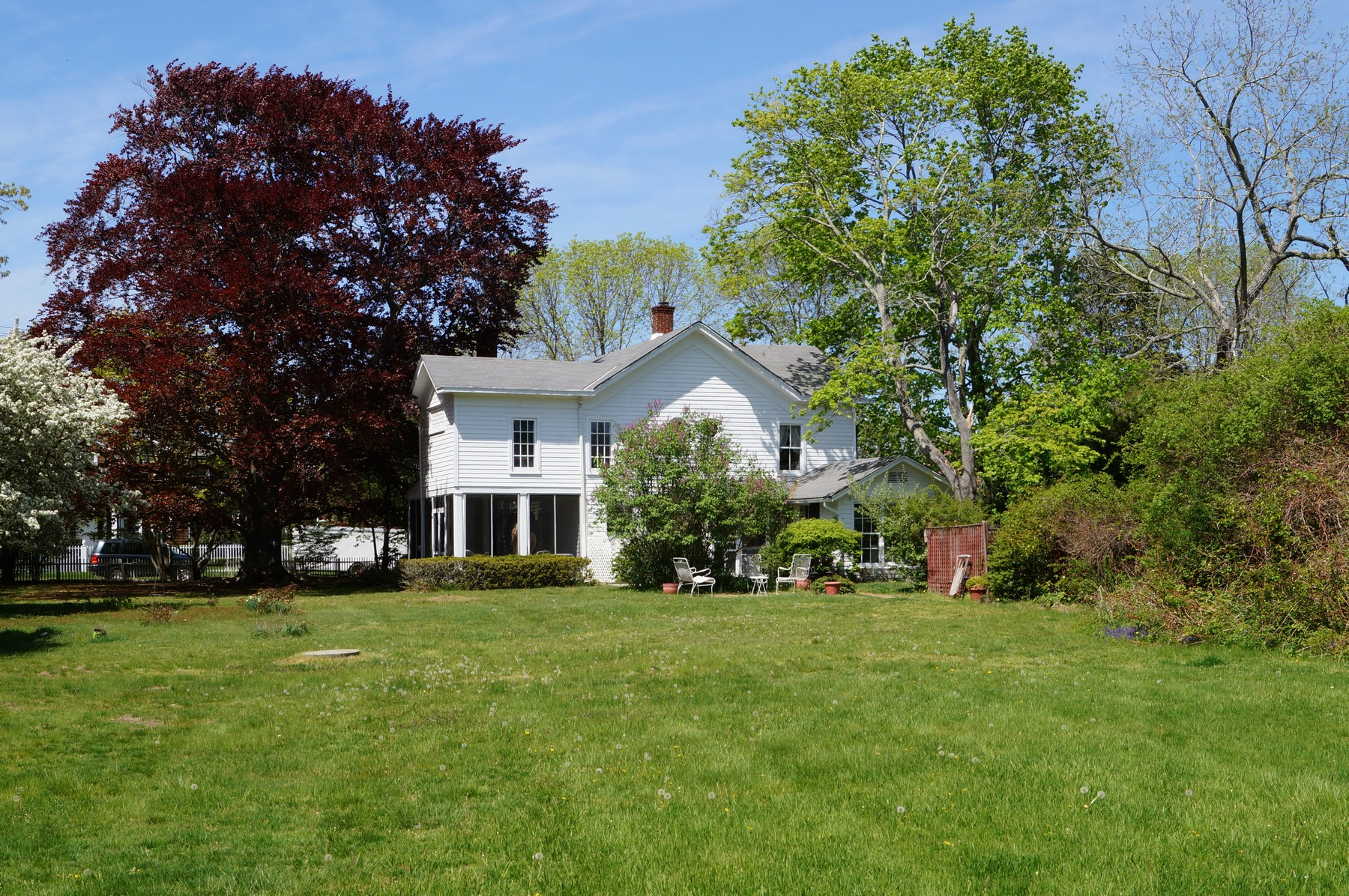 Villa per Vendita alle ore Charming Victorian 129 South Country Road Remsenburg, New York 11960 Stati Uniti
