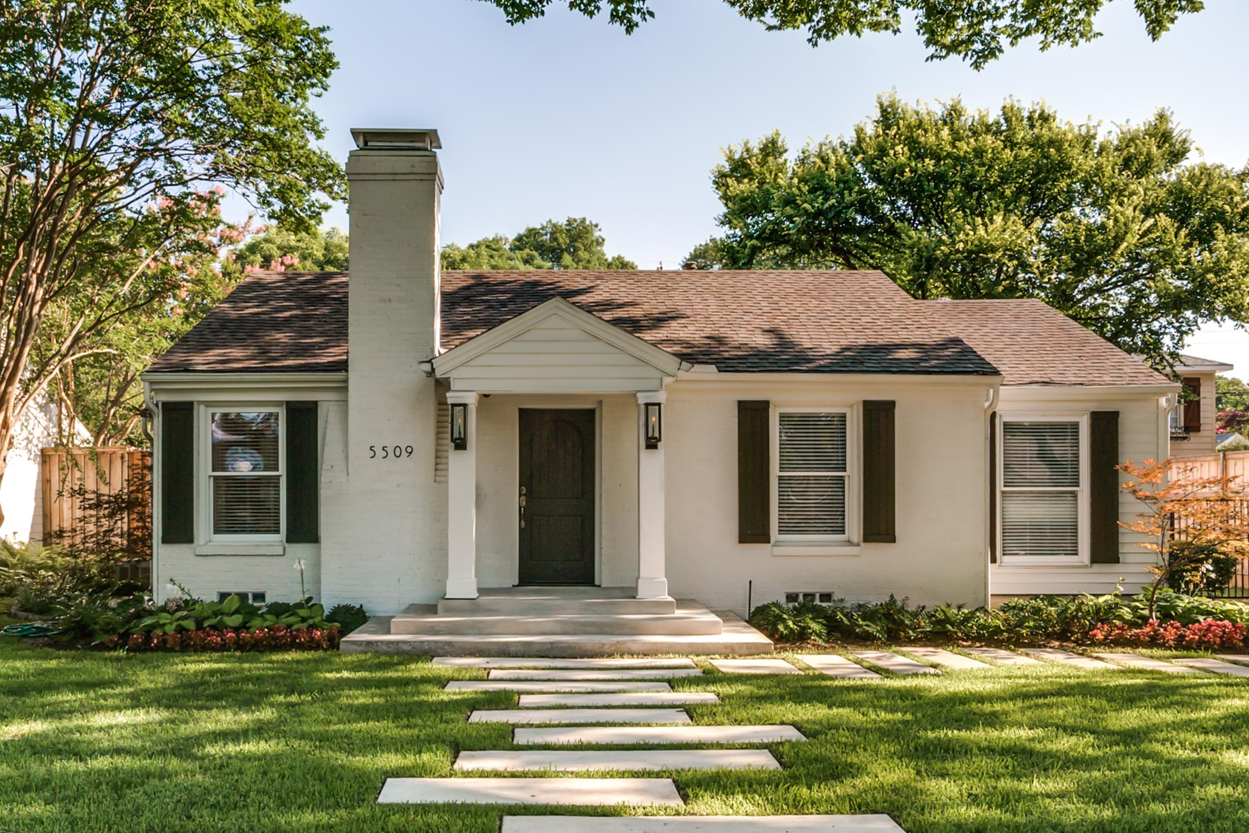 Maison unifamiliale pour l Vente à Renovated Devonshire Cottage on Premier Street 5509 Southwestern Blvd Dallas, Texas, 75209 États-Unis