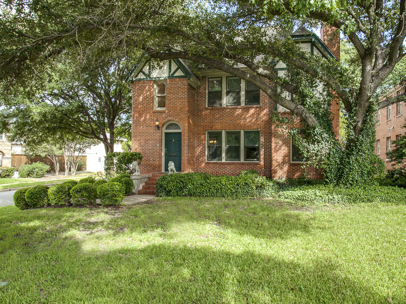 Casa para uma família para Venda às Gracious Tudor in the Swiss Avenue Historic District 6235 La Vista Drive Dallas, Texas, 75214 Estados Unidos