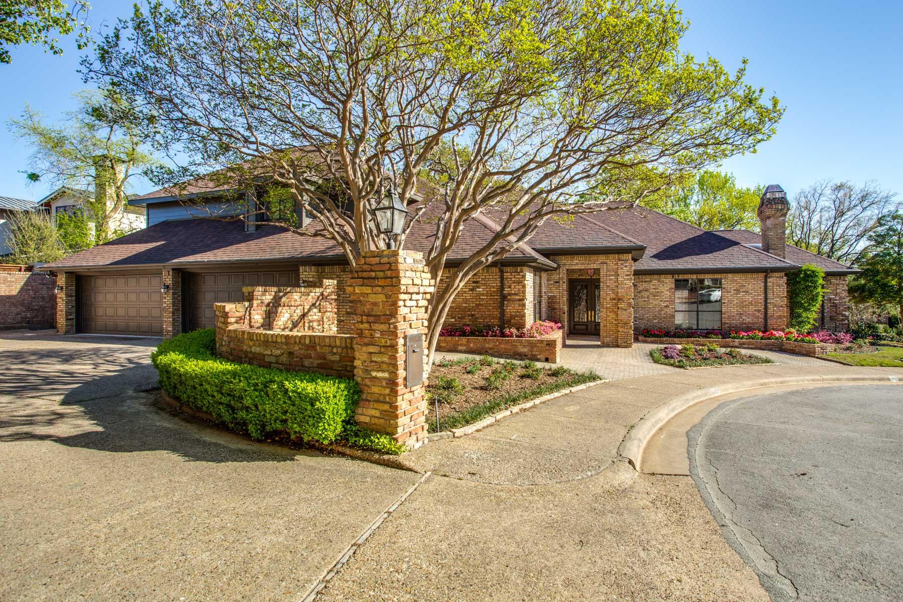 단독 가정 주택 용 매매 에 Sleekly Updated with Spacious Flowing Rooms and Stunning Landscape 6657 Crestway Court Dallas, 텍사스, 75230 미국