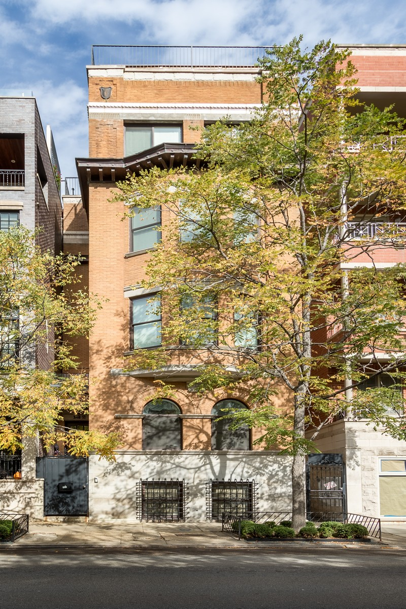 Частный односемейный дом для того Продажа на One of the Most Desirable Addresses in the City 122 W Oak Street Near North Side, Chicago, Иллинойс, 60610 Соединенные Штаты
