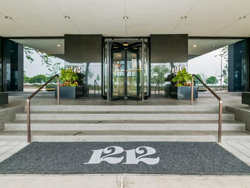 Кооперативная квартира для того Продажа на Luxurious Lake Front Condo 1212 N Lake Shore Drive Unit 25BN Near North Side, Chicago, Иллинойс 60610 Соединенные Штаты