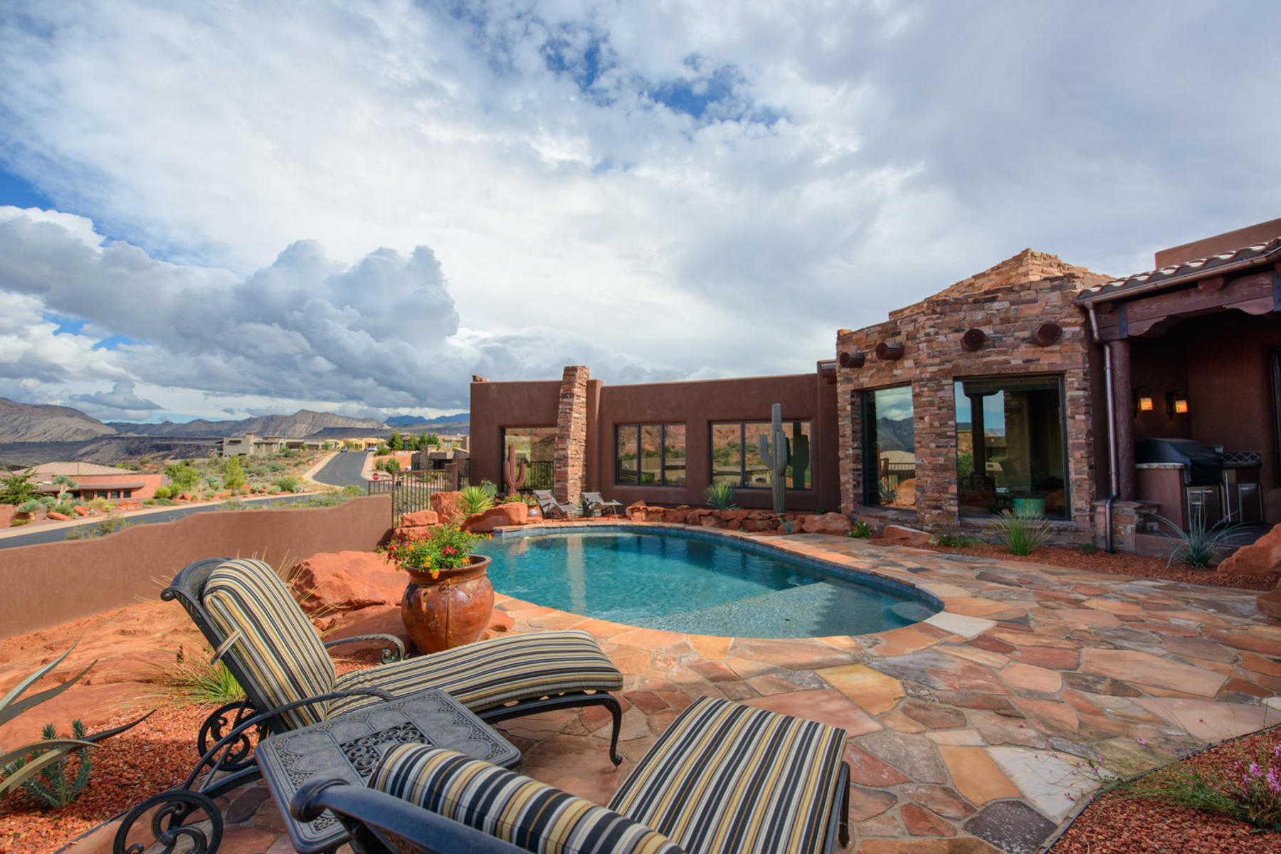 Casa Unifamiliar por un Venta en Feel the Mountains Experience the Desert 4956 Long Sky Circle St. George, Utah 84770 Estados Unidos