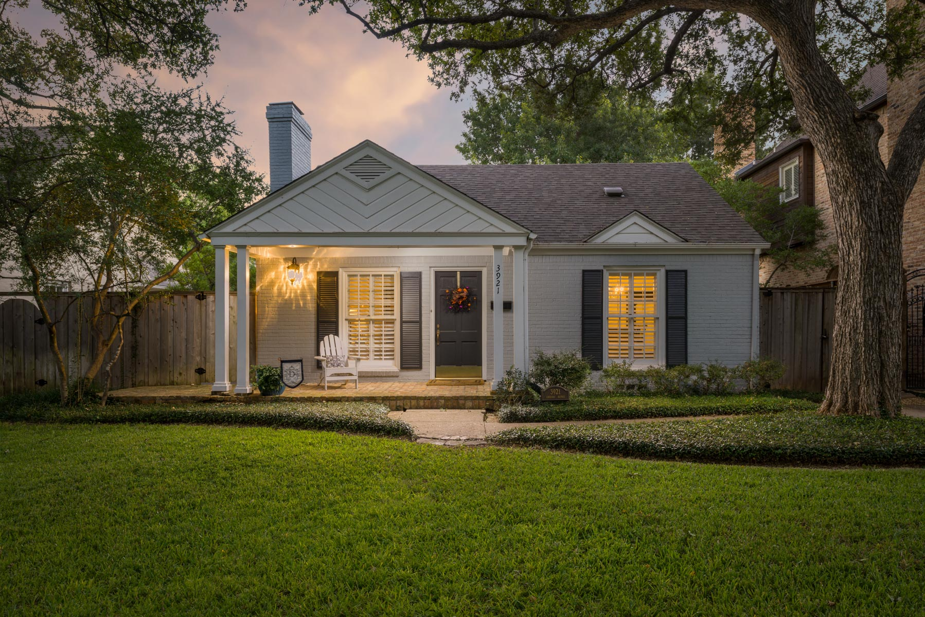Moradia para Venda às Adorable University Park Cottage 3921 Amherst Avenue Dallas, Texas, 75225 Estados Unidos