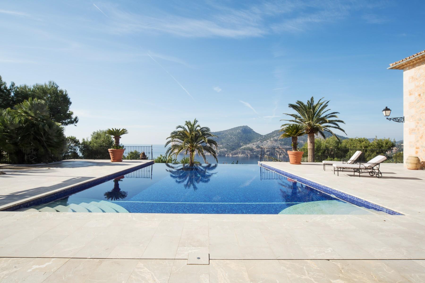 Частный односемейный дом для того Аренда на Stunning seafront property in Camp de Mar Camp De Mar, Майорка, 071690 Испания