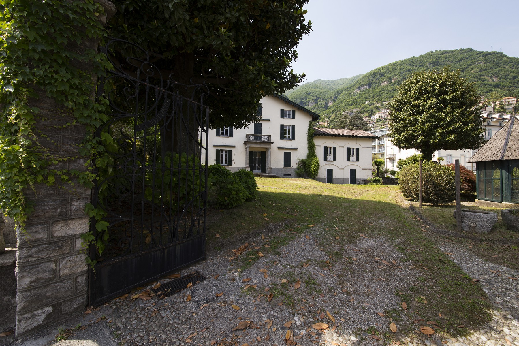 Additional photo for property listing at Charming property close to the shore of the lake Via Raschi Moltrasio, Como 22010 Italy