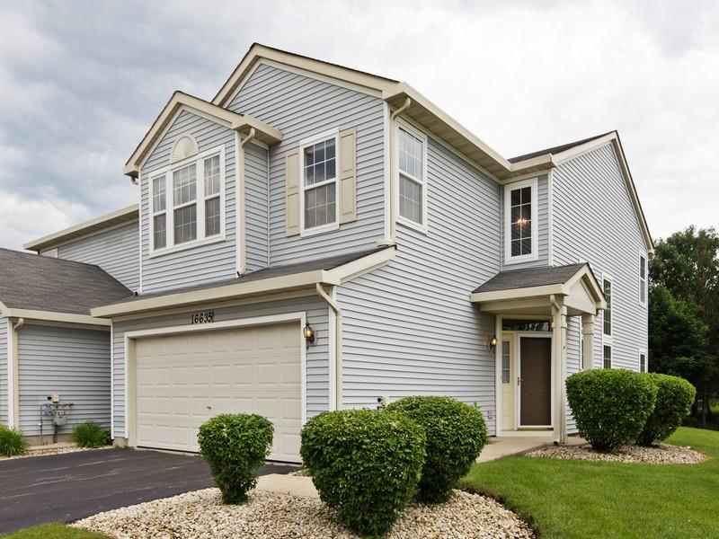 Single Family Home for Sale at Bright Large End Unit 16635 S Windsor Lane Unit 1 Lockport, Illinois 60441 United States