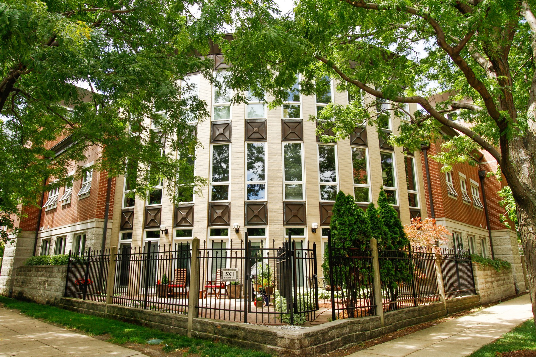 Townhouse for Sale at Two Bedroom in Harbor Square 1502 S Prairie Avenue Unit D Near South Side, Chicago, Illinois, 60605 United States
