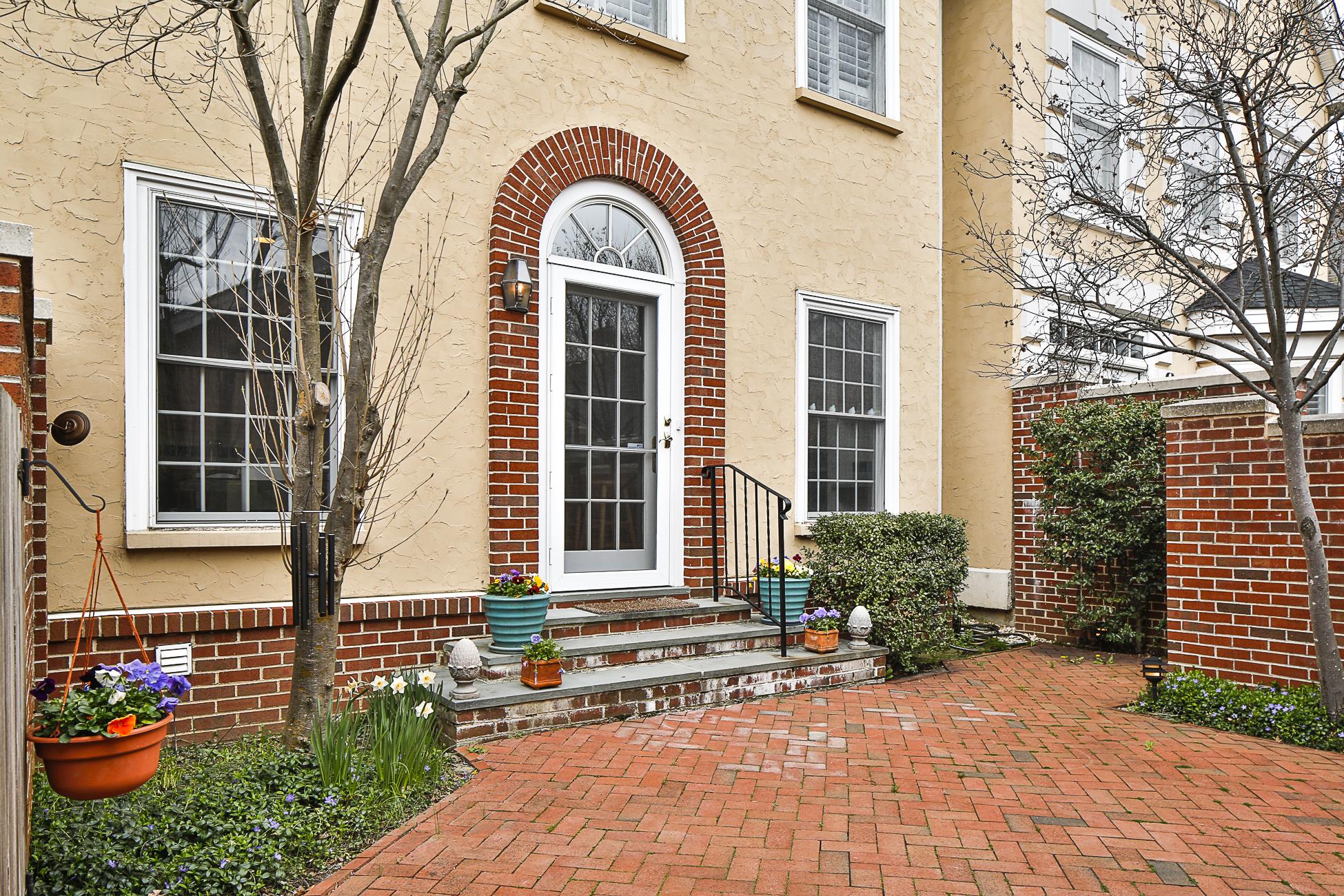 Stadthaus für Verkauf beim Elegantly Appointed in Governor's Lane 22 Governors Lane Princeton, New Jersey, 08540 Vereinigte Staaten
