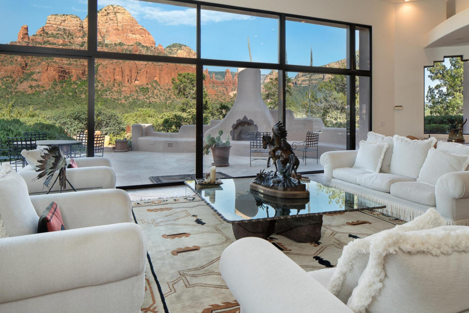 Maison unifamiliale pour l Vente à Elevated hilltop Santé Fe Hacienda in Sedona's most desirable neighborhoods. 814 W Chapel RD Sedona, Arizona 86336 États-Unis