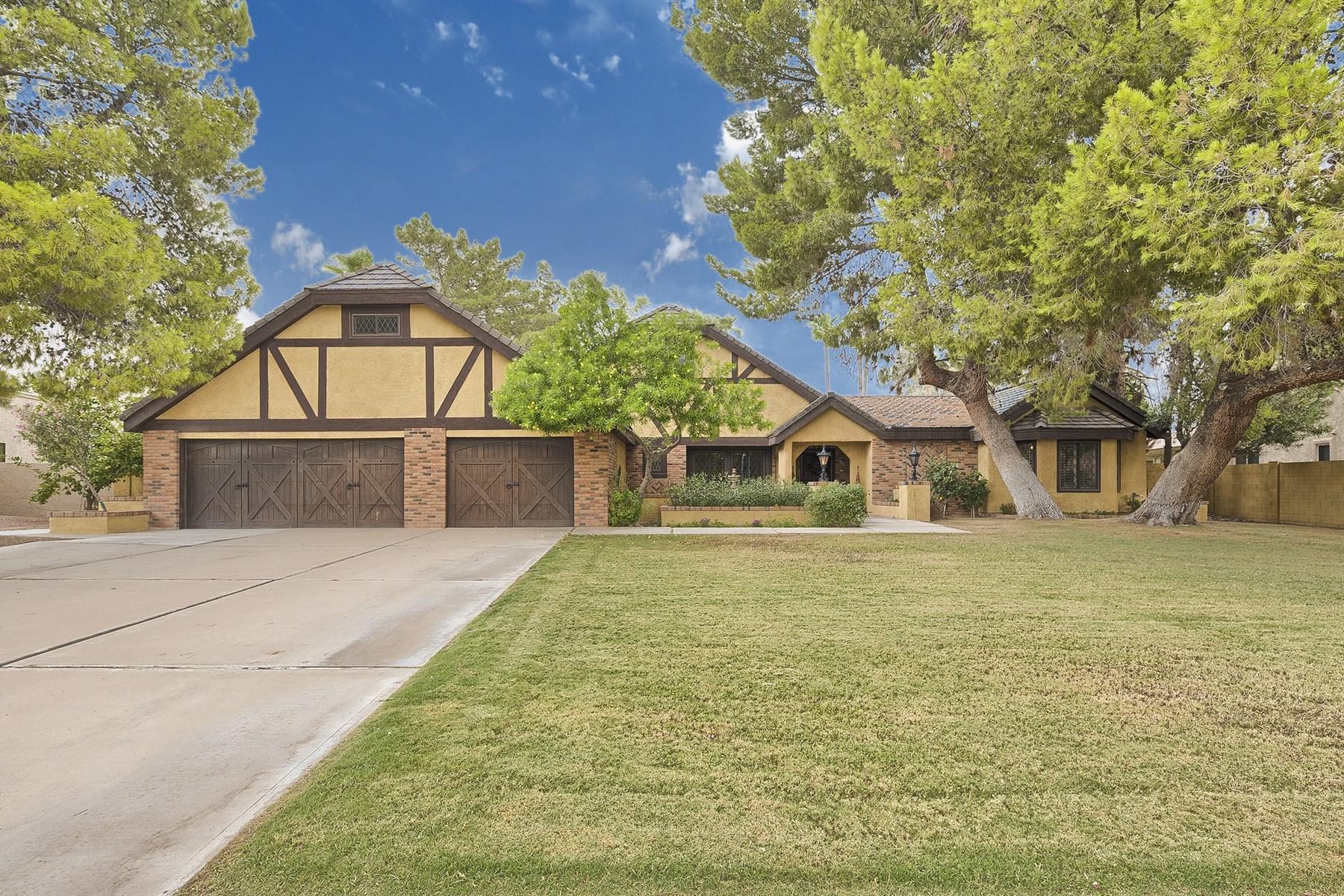 Moradia para Venda às Home with Character, Charm & Comfortable Elegance. 3904 E Talowa St Phoenix, Arizona 85044 Estados Unidos