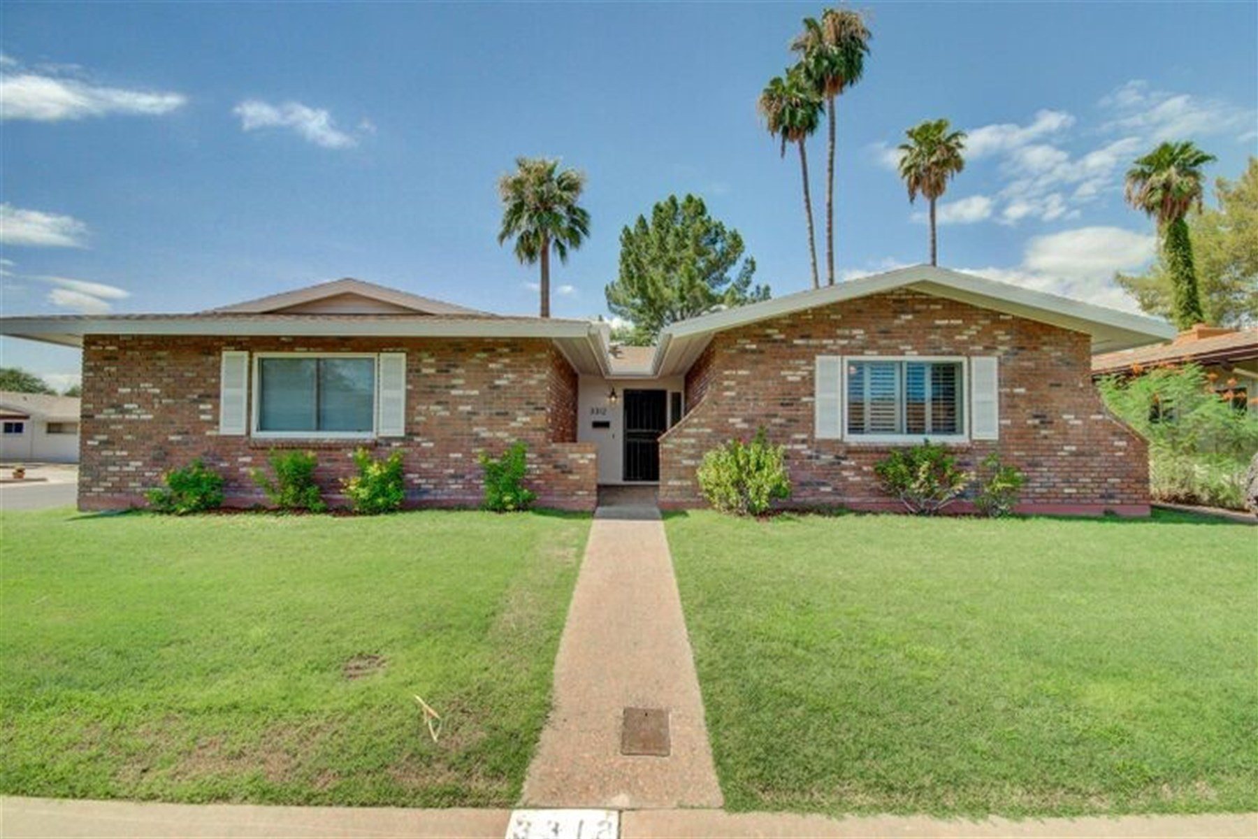 Casa para uma família para Venda às Corner lot in Arcadia Lite has had extensive remodel 3312 N 47TH ST Phoenix, Arizona 85018 Estados Unidos