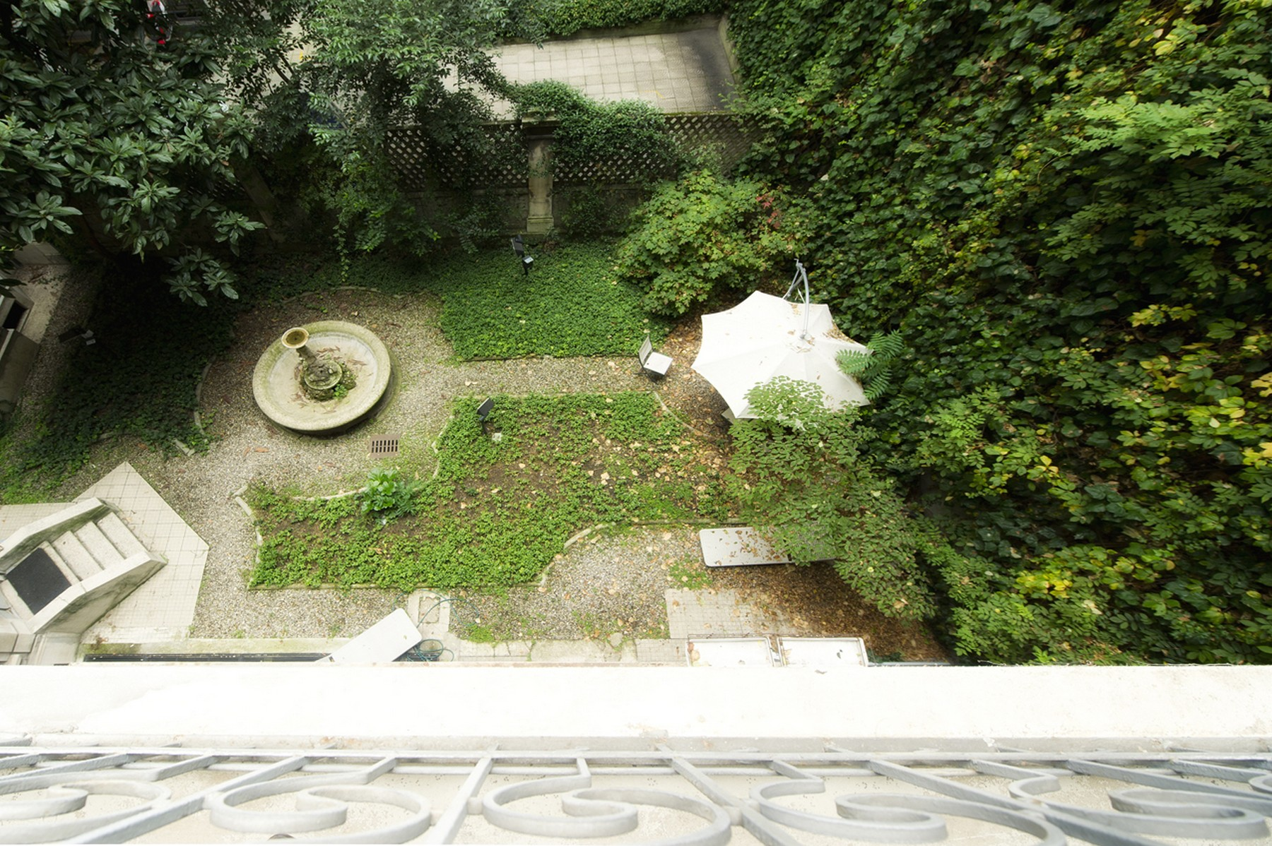 Additional photo for property listing at Fully renovated luminous apartment Via Vivaio Milano, Milan 20122 Italy