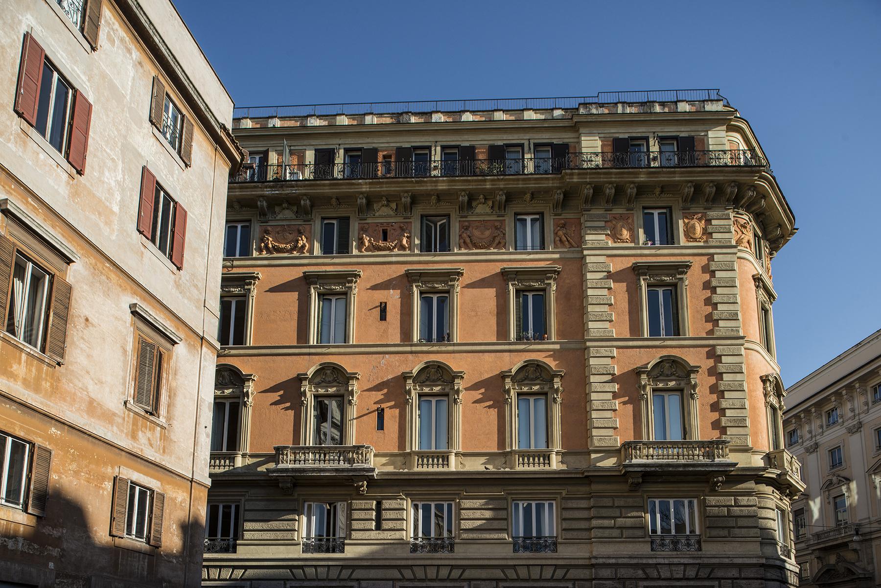 Apartamento por un Venta en Elegant apartment on Piazza della Chiesa Nuova Corso Vittorio Emanuele II Rome, Roma 00186 Italia