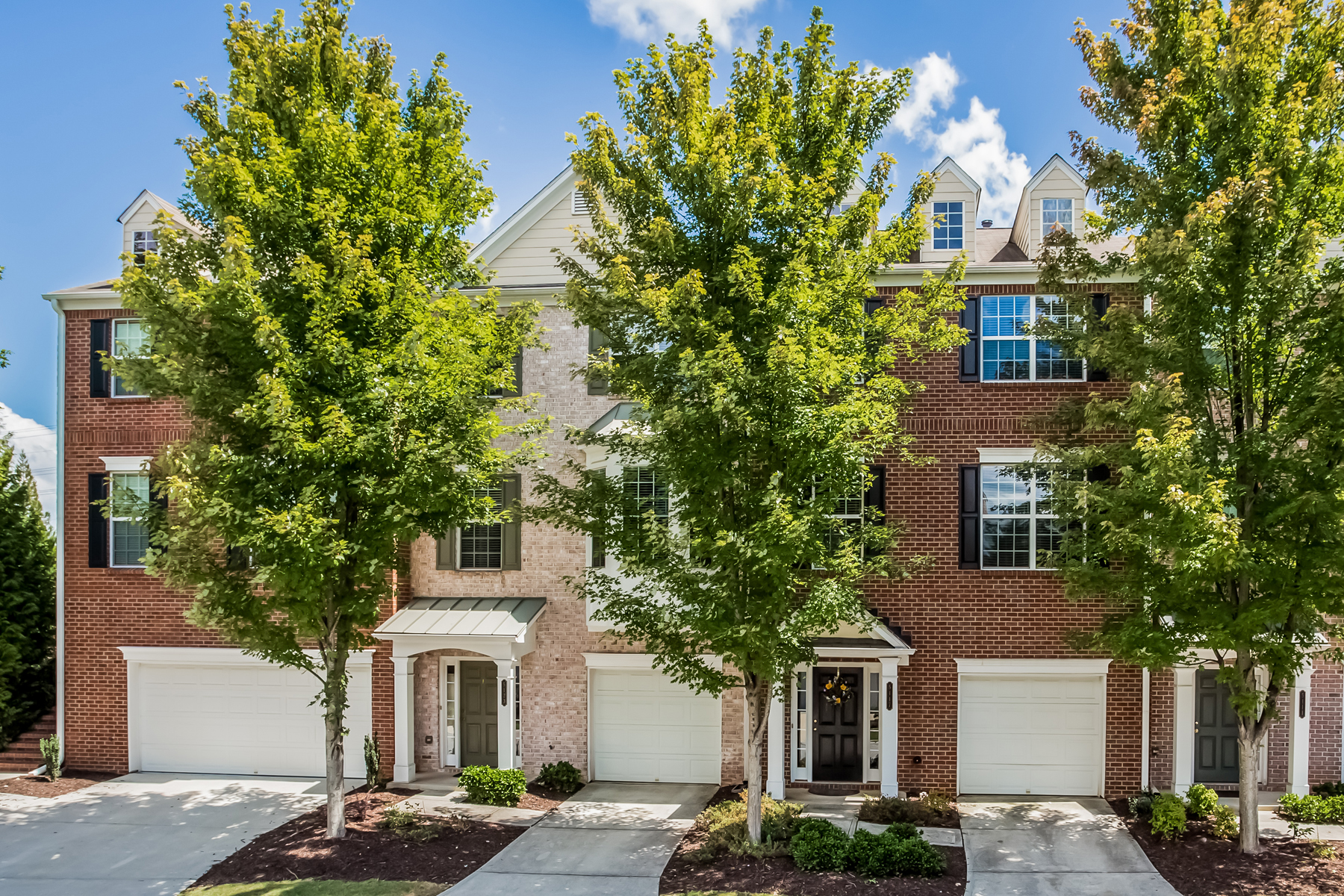 Herenhuis voor Verkoop een t Multi-level Townhome In A Beautiful Community 5117 Wellsley Bend Alpharetta, Georgië 30005 Verenigde Staten