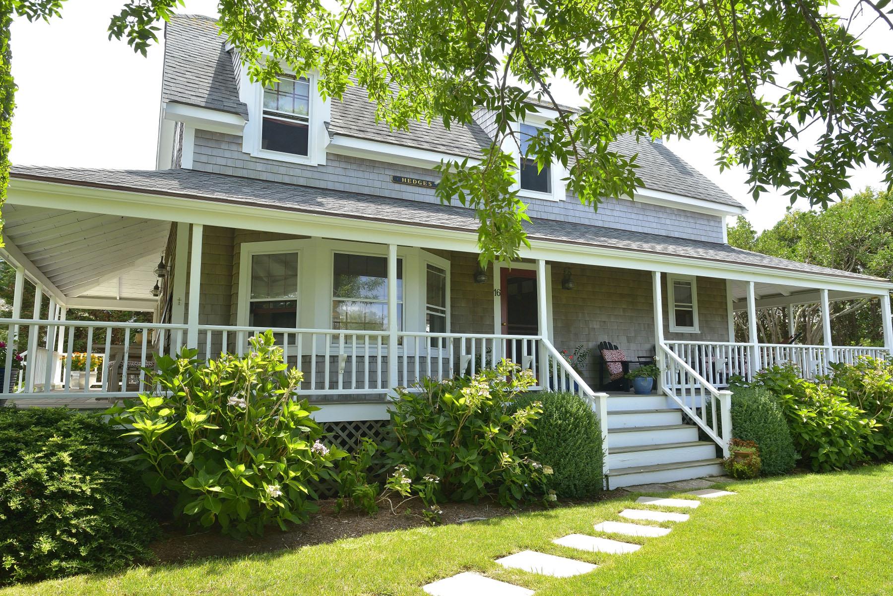 Einfamilienhaus für Verkauf beim Charming Neighborhood and a Delightful Cottage. 16 Derrymore Road Nantucket, Massachusetts 02554 Vereinigte Staaten